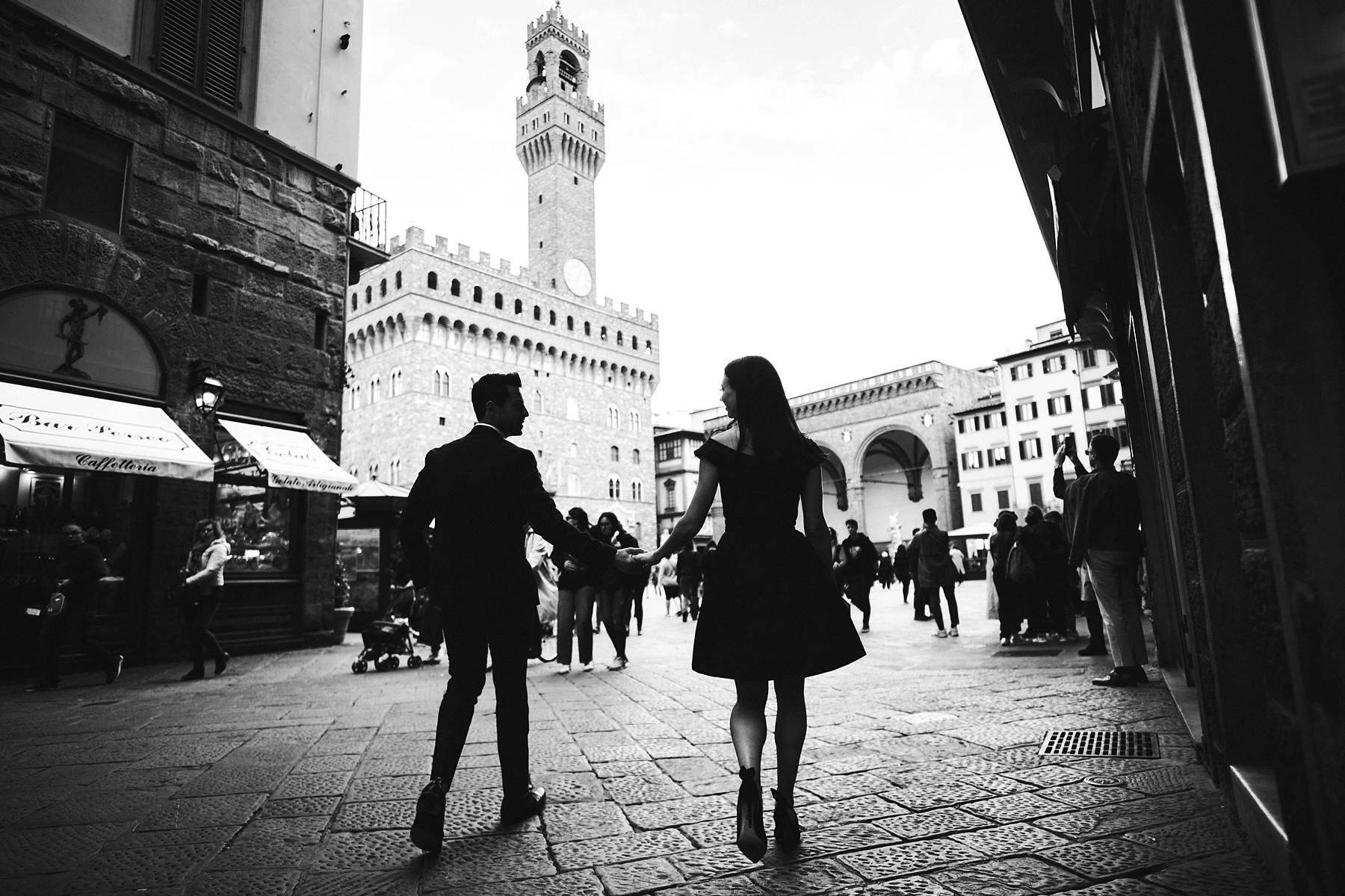 Spectacular and breathtaking photo of Michelle and Brent couple engaged in Florence at Piazza della Signoria near the iconic Palazzo Vecchio