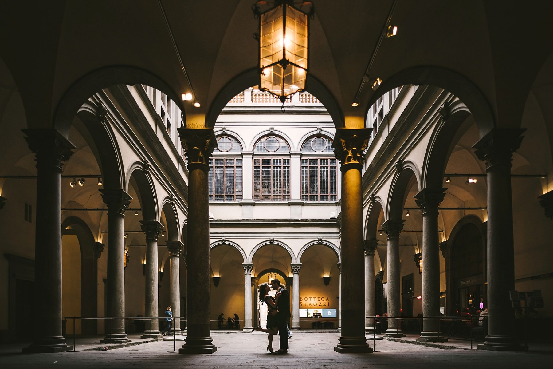 Romantic and charming engagement photo shoot in Florence into Palazzo Strozzi at it's best! Absolutely unique photo which show the magic of an engaged couple frame d in this breathtaking scenery