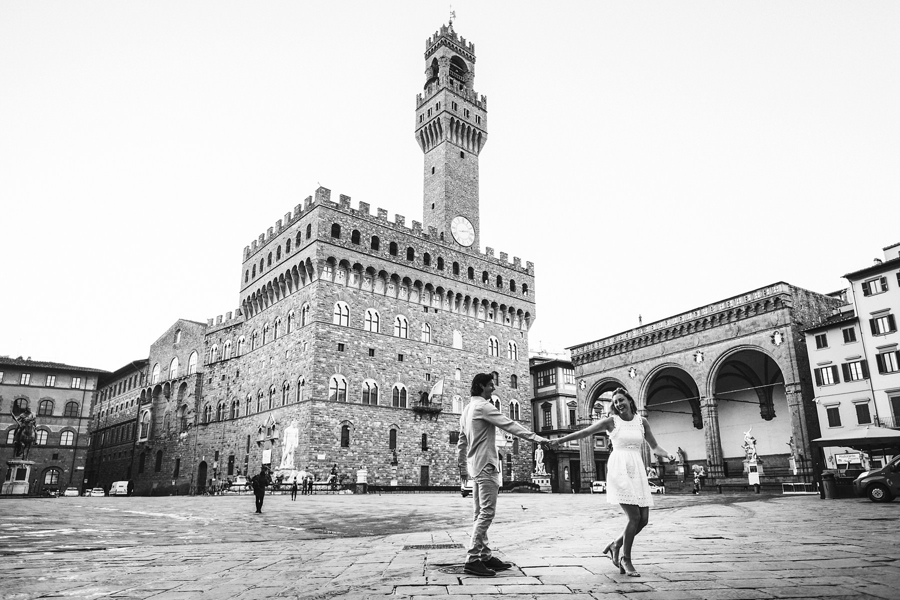 Lovely engagement photo session in Florence at Piazza della Signoria at sunrise time. Enjoy Florence without tourists in the streets