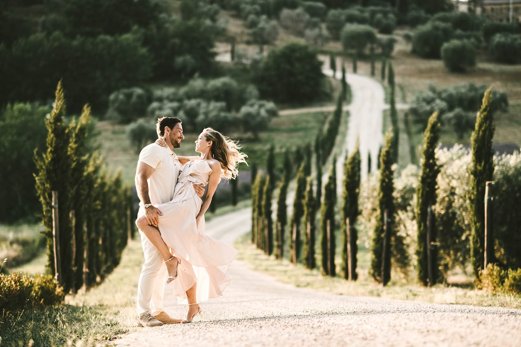 Dreamy Italy elopement with vows renewal in Val d'Orcia. Gorgeous couple honeymoon elopement wedding photo shoot in Tuscany cypress street near Pienza