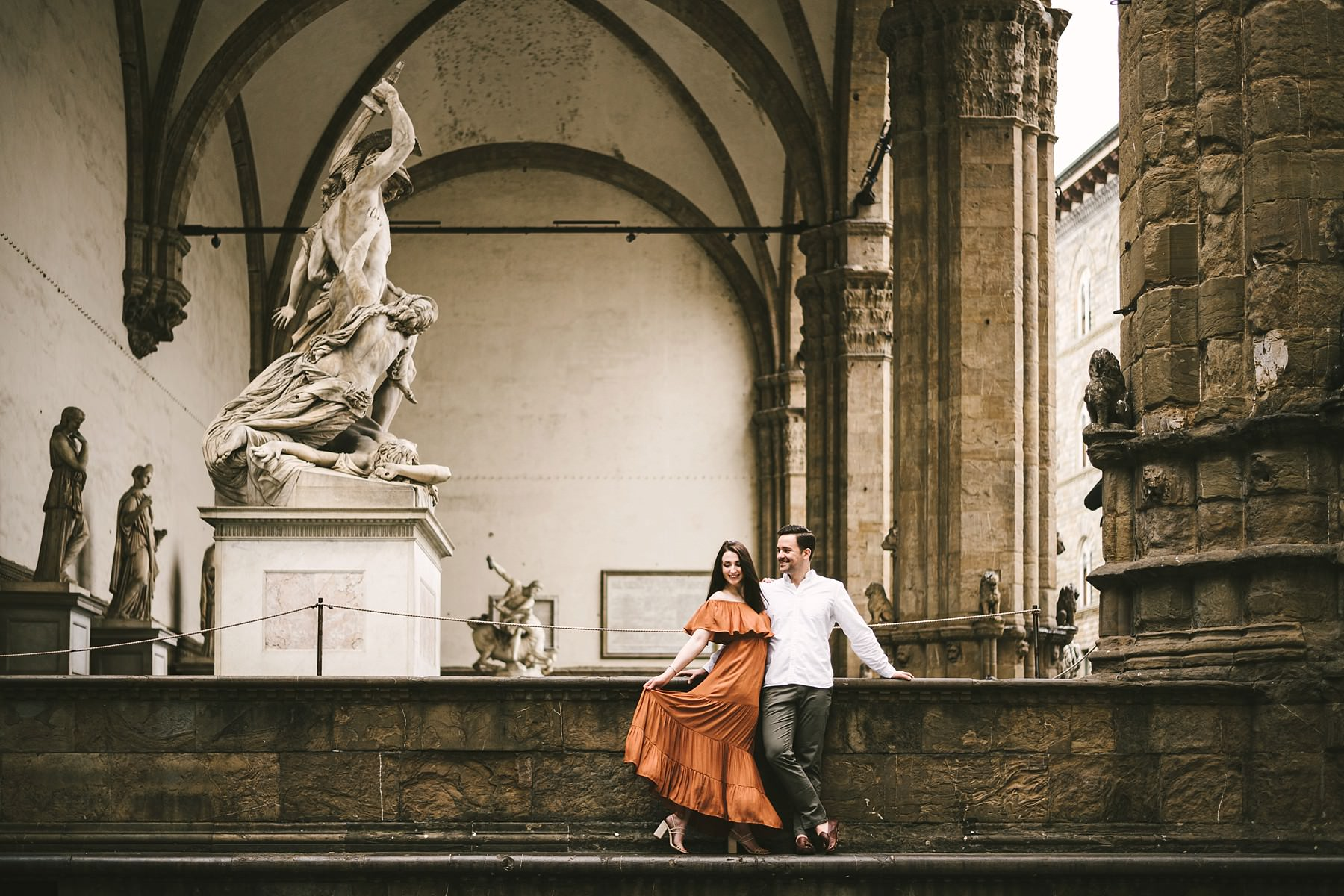 Engagement session photos in Florence. The colors of sunrise. Sunrise engagement photo shoot in Florence. Couple portrait near Piazza Piazza della Signoria and Loggia Lanzi in a dreamy soft light