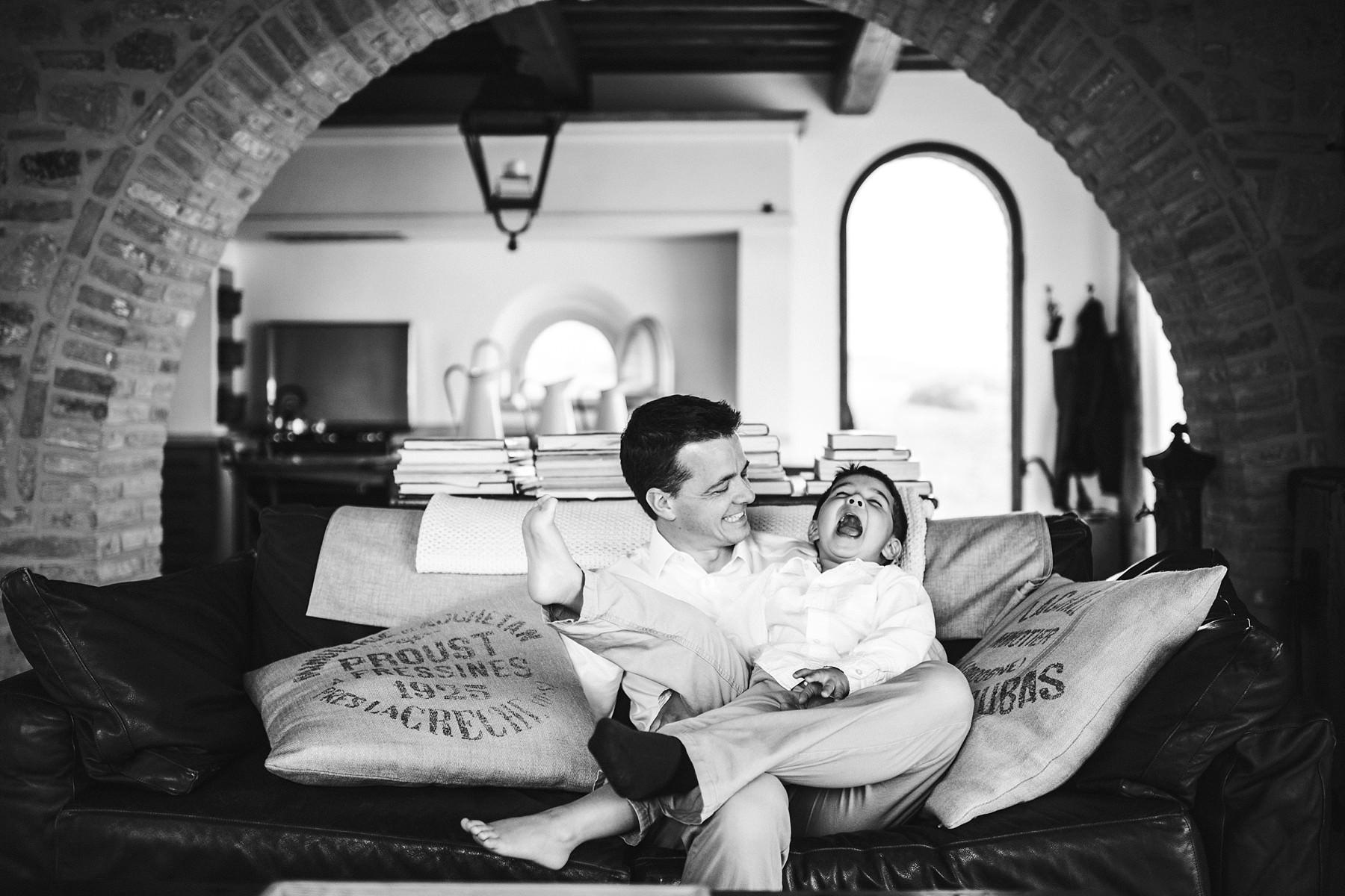 Creative and modern family photo shoot experience in Tuscany near Iano