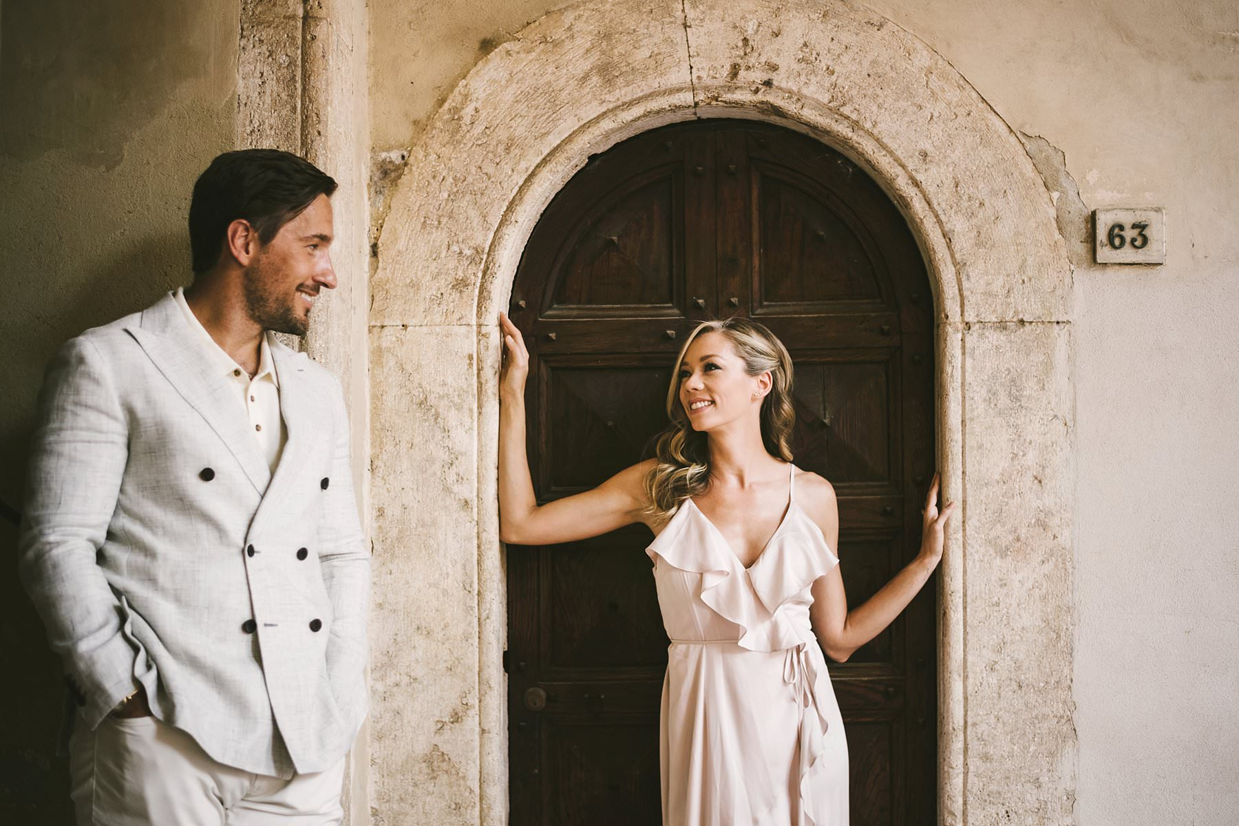 Lovely couple portrait photo shoot in Pienza historic town