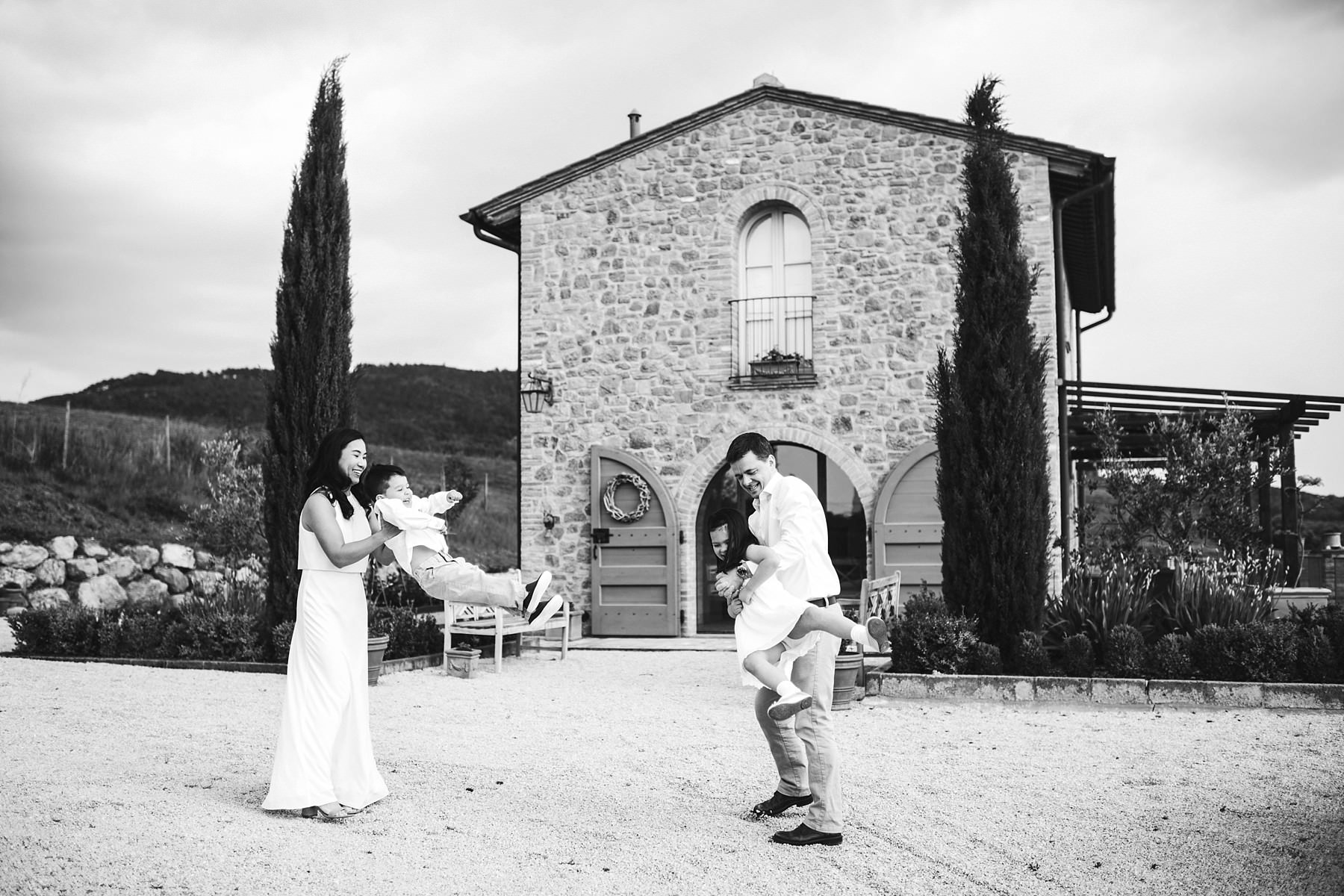 Lovely family photo session in Tuscany countryside for a couple in vacation celebrating 10 years of marriage anniversary