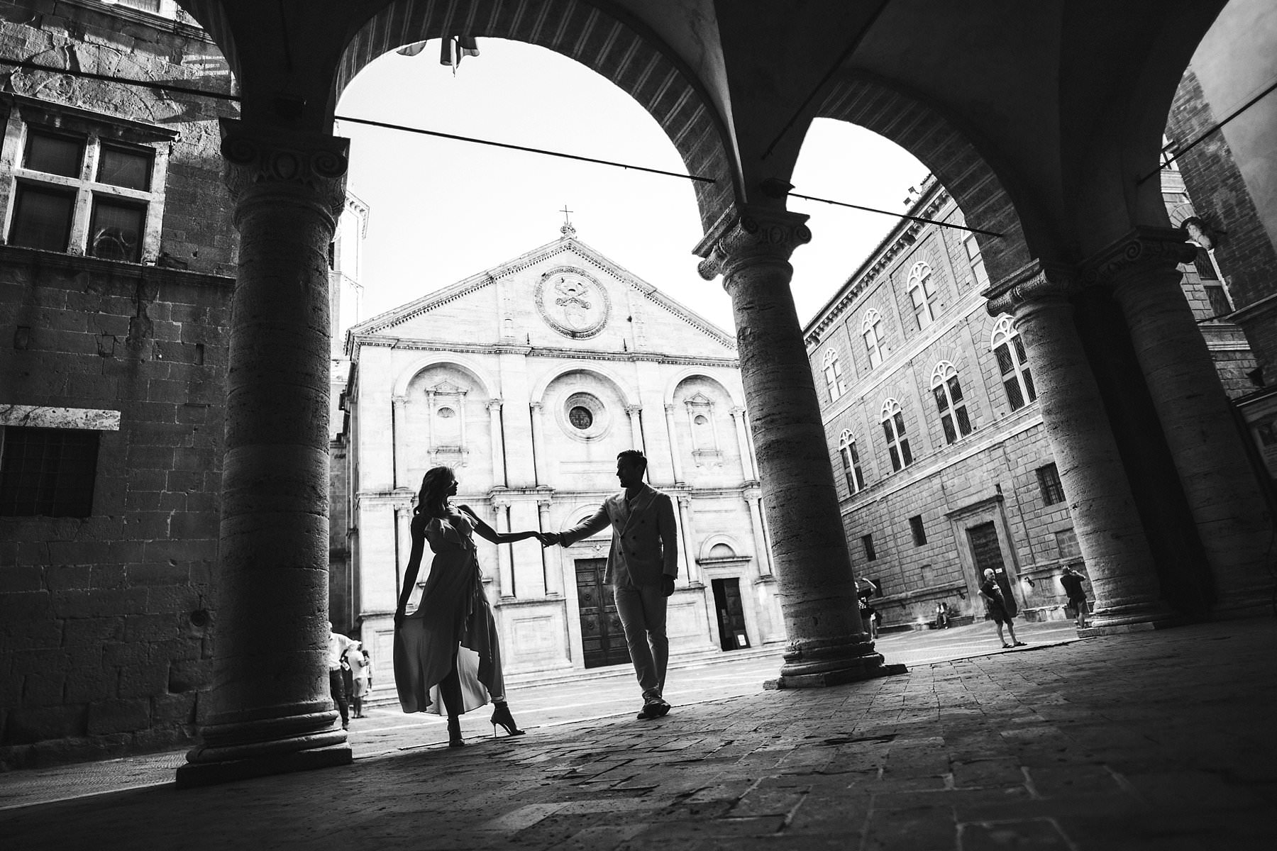 Gorgeous couple honeymoon photo session experience in Val D'Orcia at Pienza