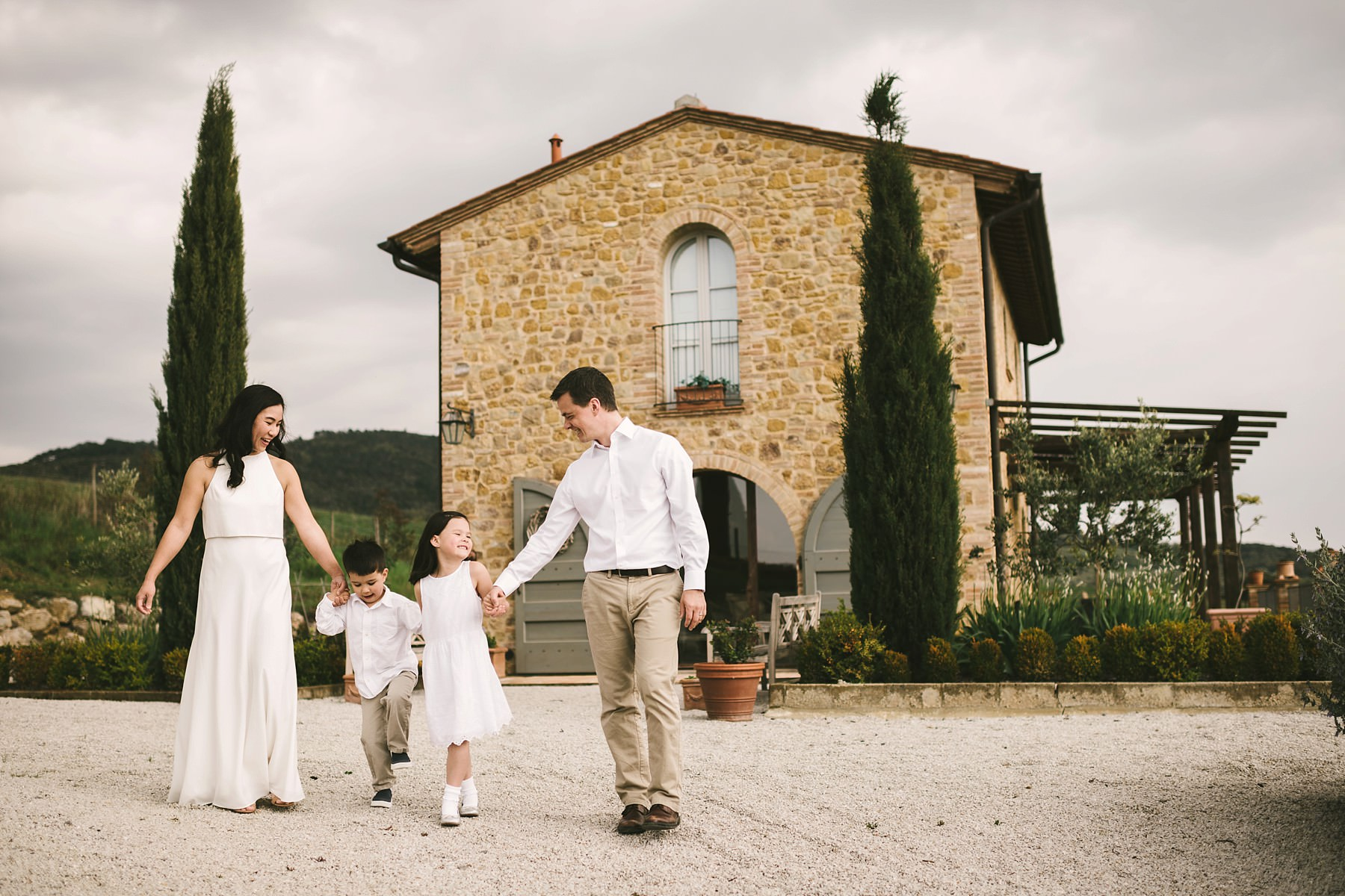 Exciting family photo session in Tuscany during a vacation. Walk in the private Villa