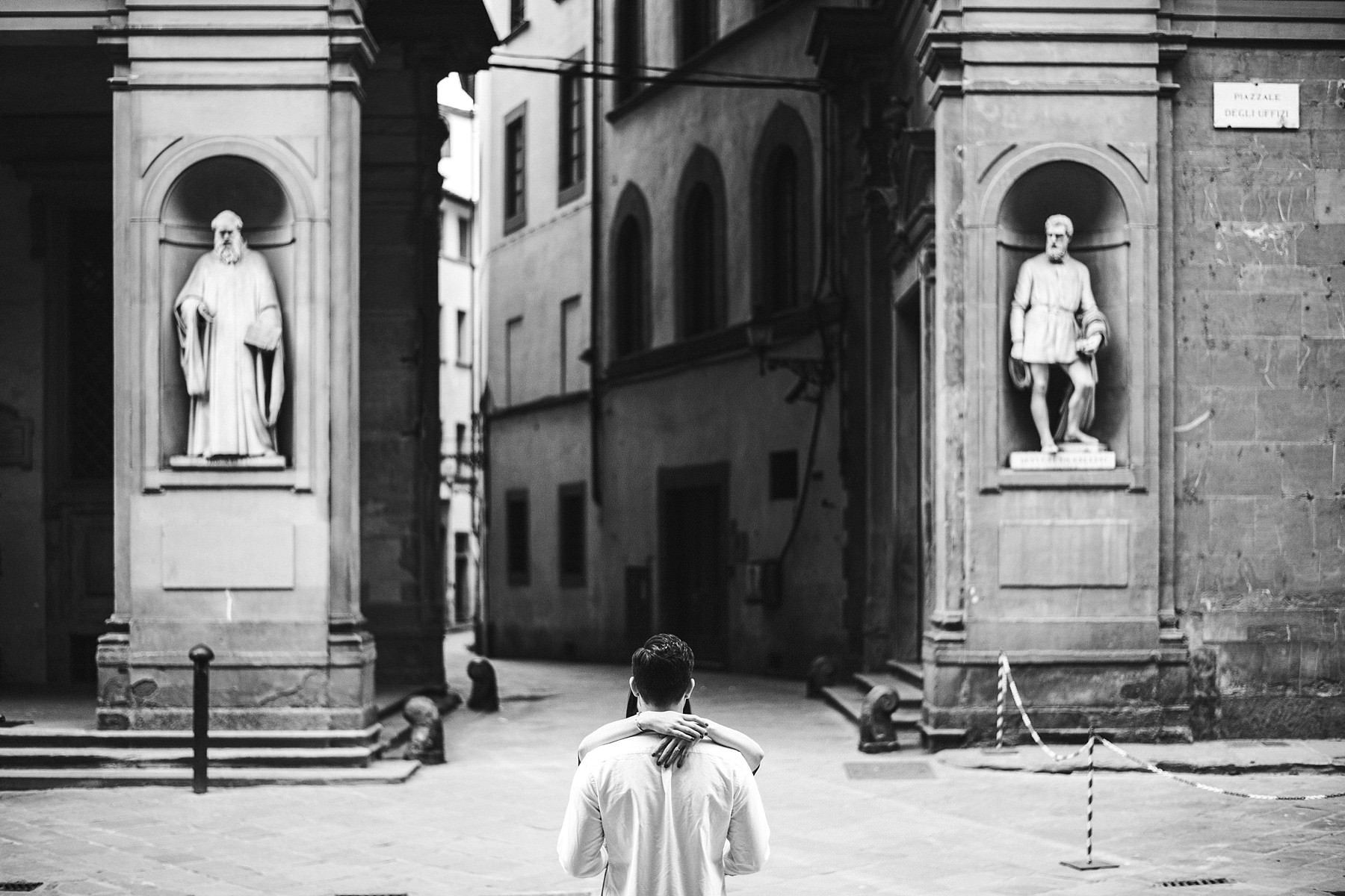 Creative and modern elegant couple photos near Uffizi Gallery in the early morning of Florence