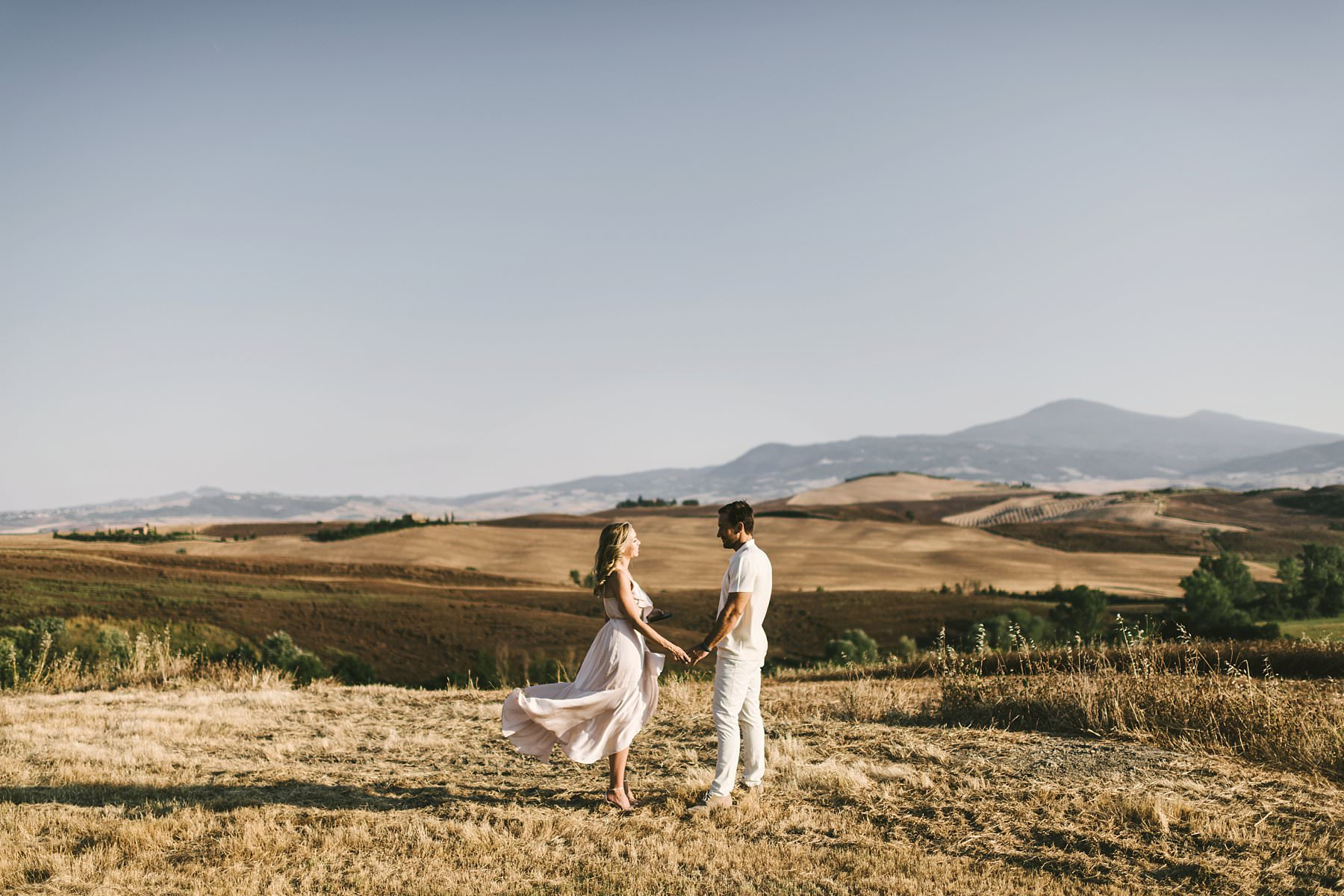 Dreamy Italy elopement with vows renewal in Val d'Orcia. Unforgettable background scenario for a very special occasion