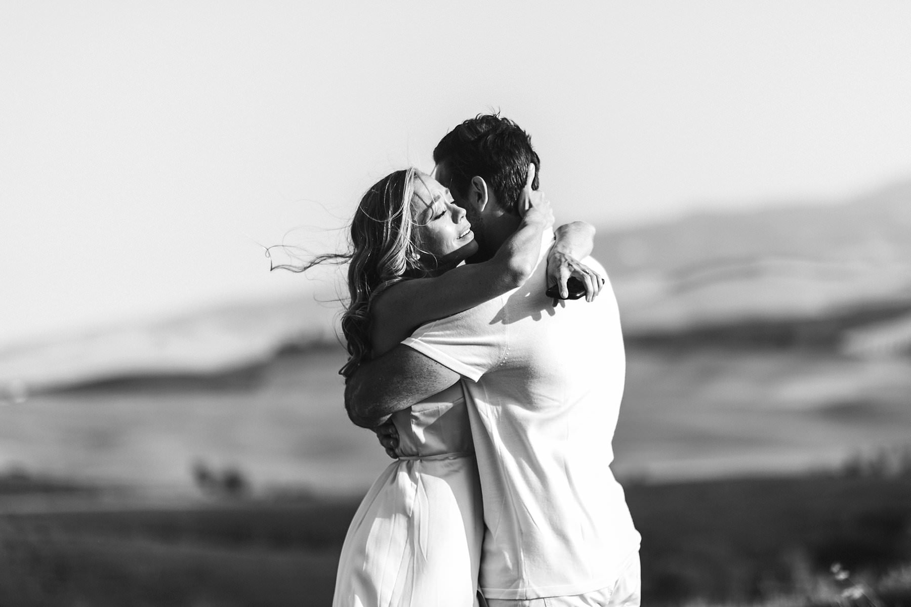 Dreamy Italy elopement with vows renewal in Val d'Orcia. Lovely and exciting elopement wedding session in Tuscany countryside area of Val D'Orcia near Pienza
