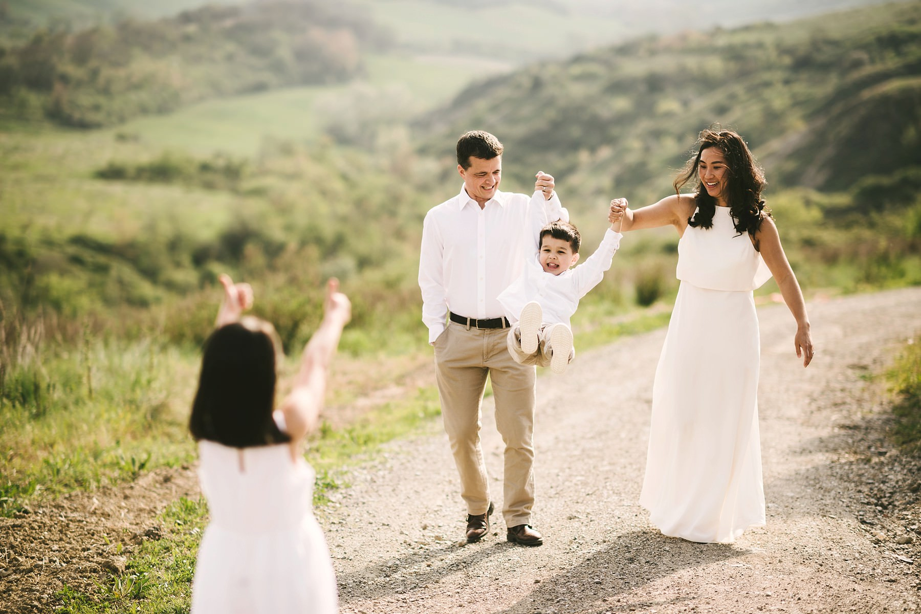 Exciting family photo shoot in Tuscany countryside during a family anniversary photo shoot