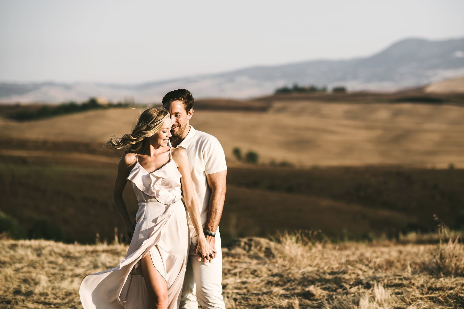 Beautiful, elegant and intimate couple elopement session in Tuscany countryside of Pienza in the Val d'Orcia
