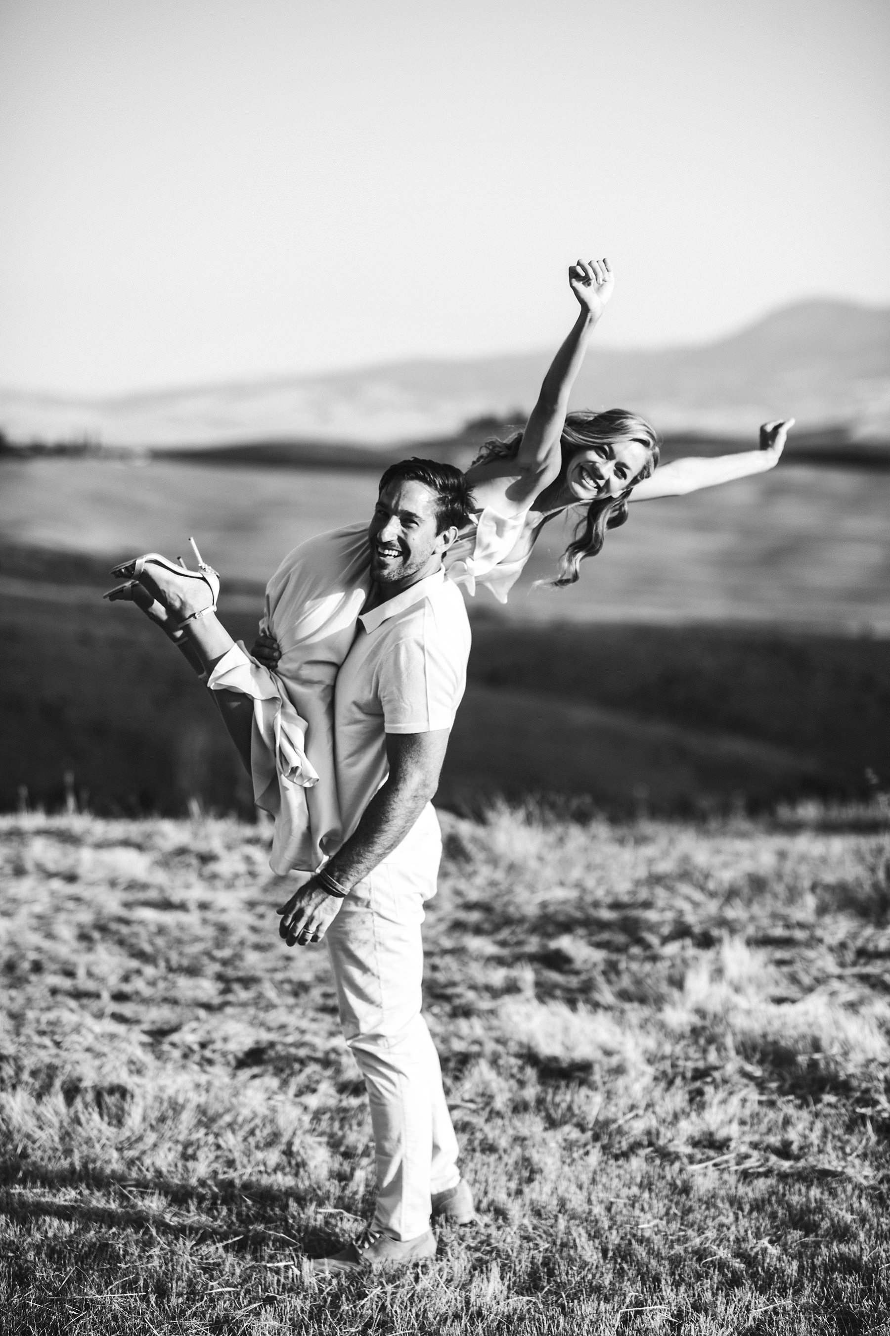 Renewing vows in Val D'Orcia, Italy with a special and unforgettable elopement session in the countryside near Pienza