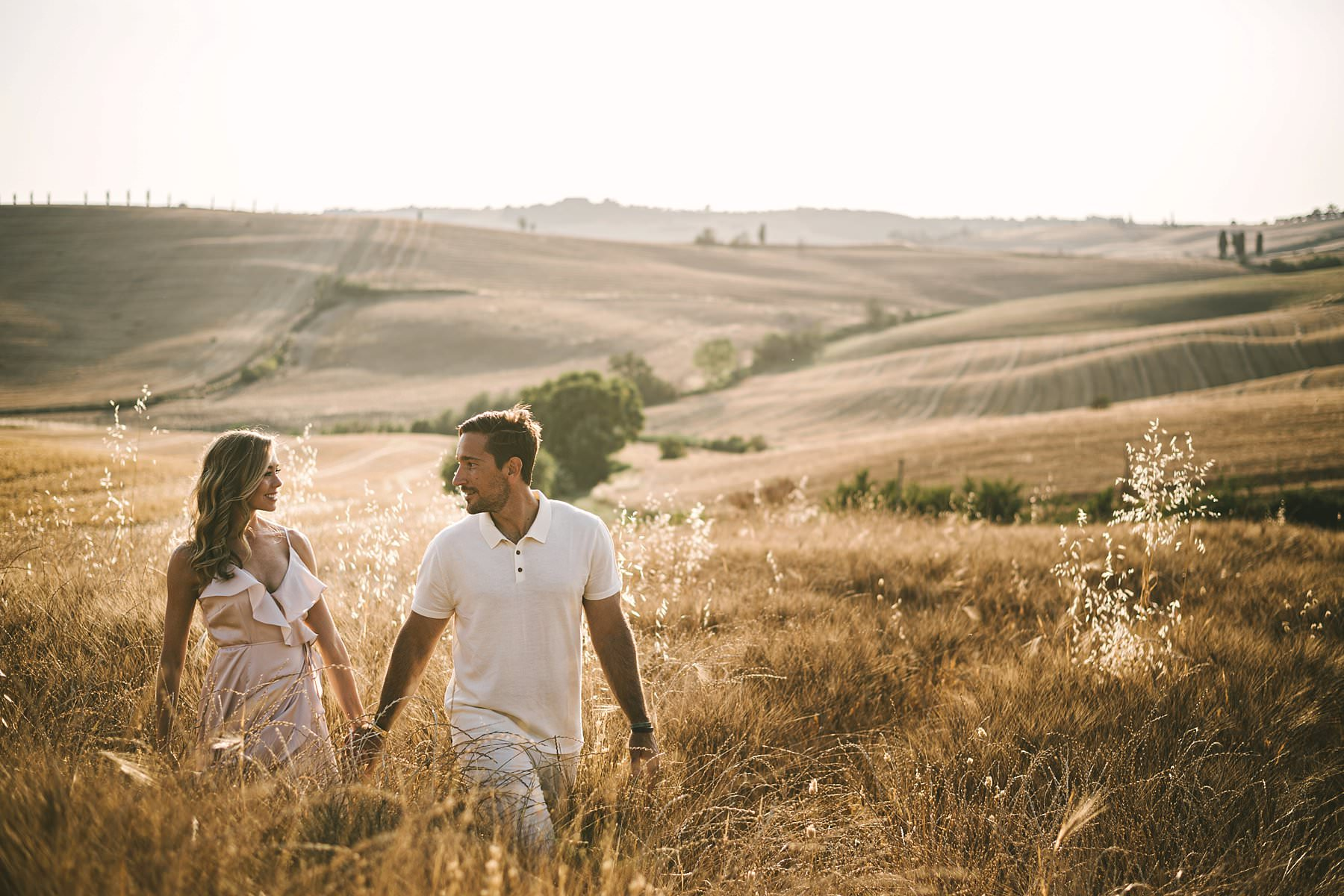 Gorgeous couple elopement wedding photo shoot in Val D'Orcia area of Tuscany near Pienza