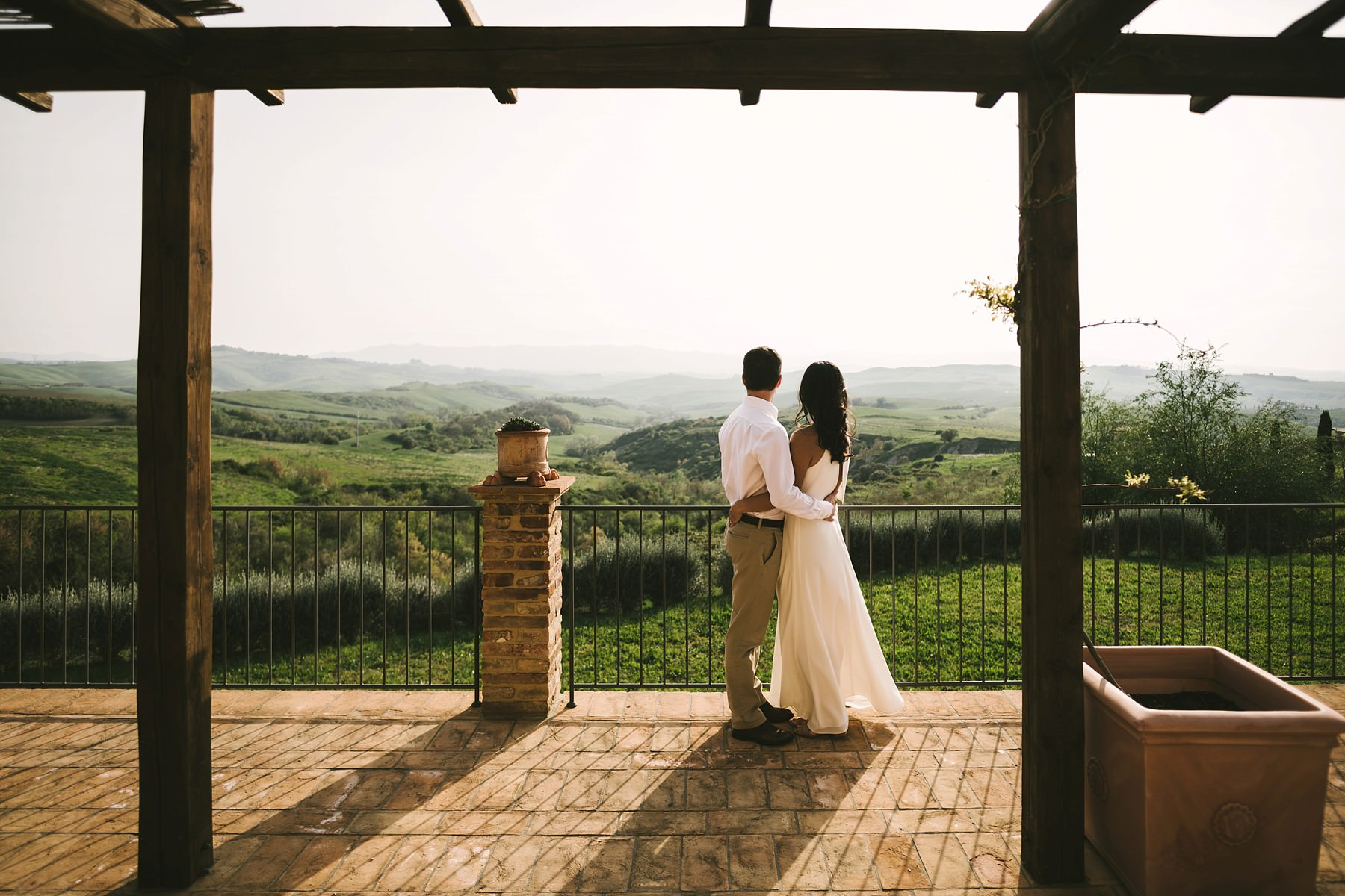 Creative and modern anniversary couple photo shoot in Tuscany countryside near the town of Iano
