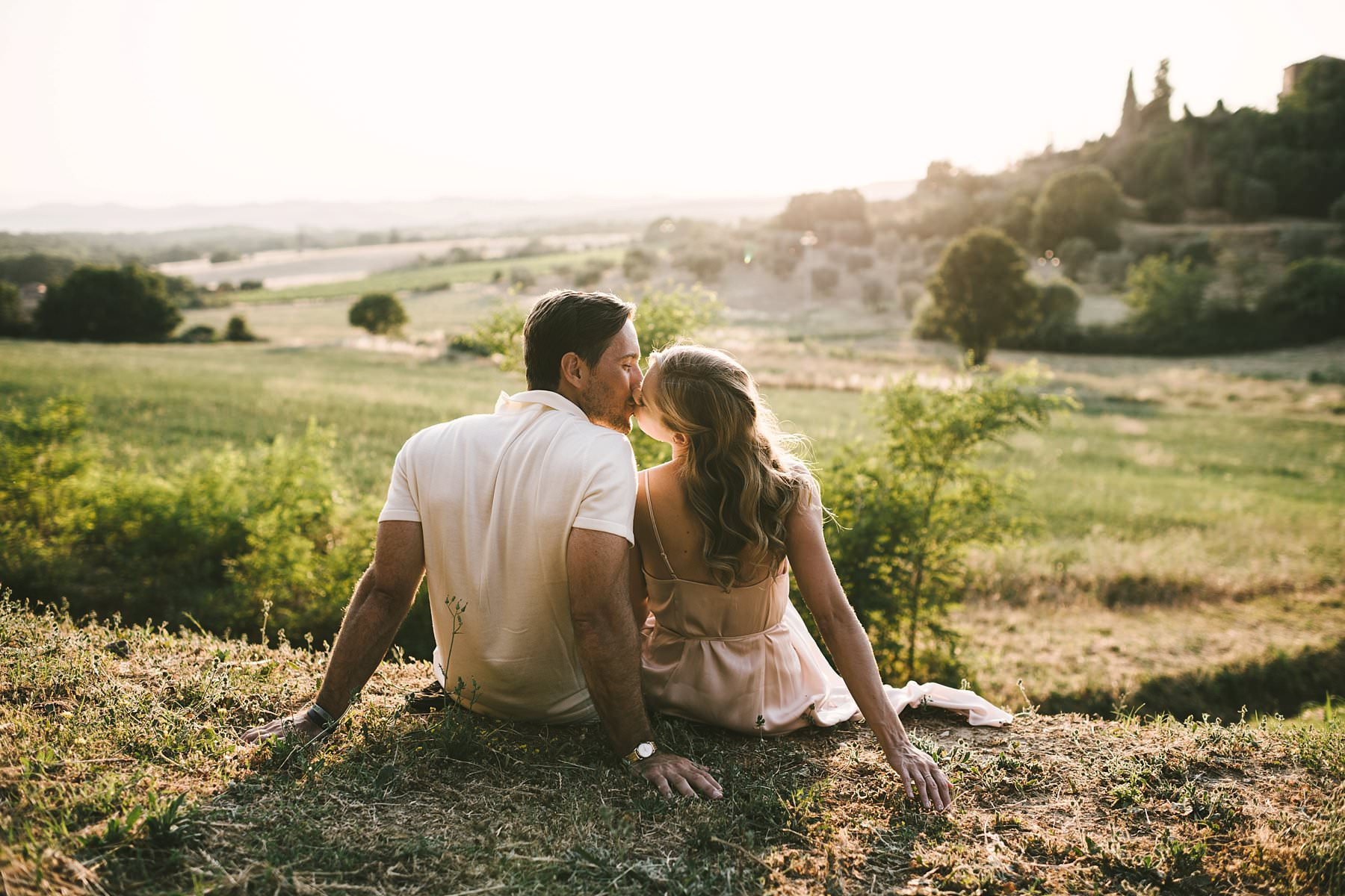 Dreamy Italy elopement with vows renewal in Val d'Orcia with rolling hills as background of your unforgettable experience