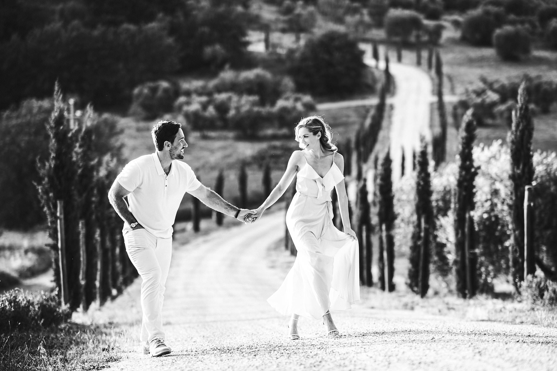 Breathtaking elopement wedding couple photo shoot in Tuscany countryside of Val D'Orcia near Pienza