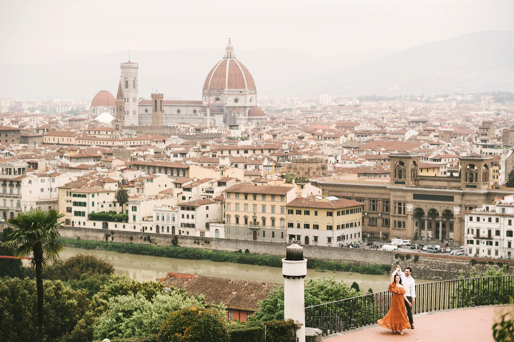 Unforgettable couple photo session in Florence at Piazzale Michelangelo, one of the most romantic panoramic spot of the city. Enjoy the soft light of the sunrise time for the best romantic and intimate experience