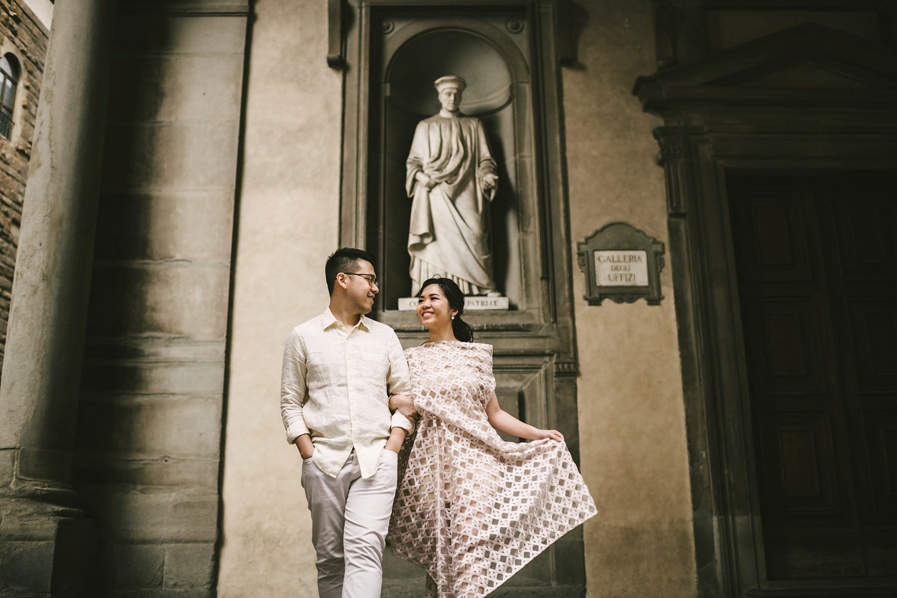 Romantic and exciting Florence couple portrait walk tour photo session near Palazzo Vecchio and Piazza della Signoria