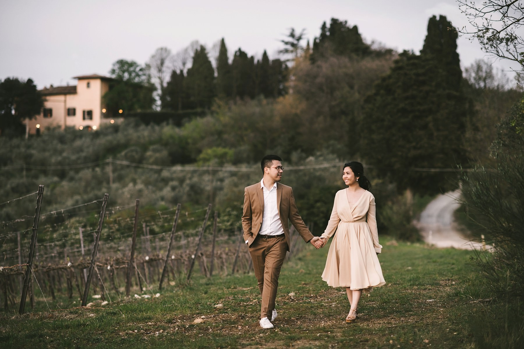 Sunset couple portrait engagement photo shoot on the green rolling hills of Chianti, Tuscany