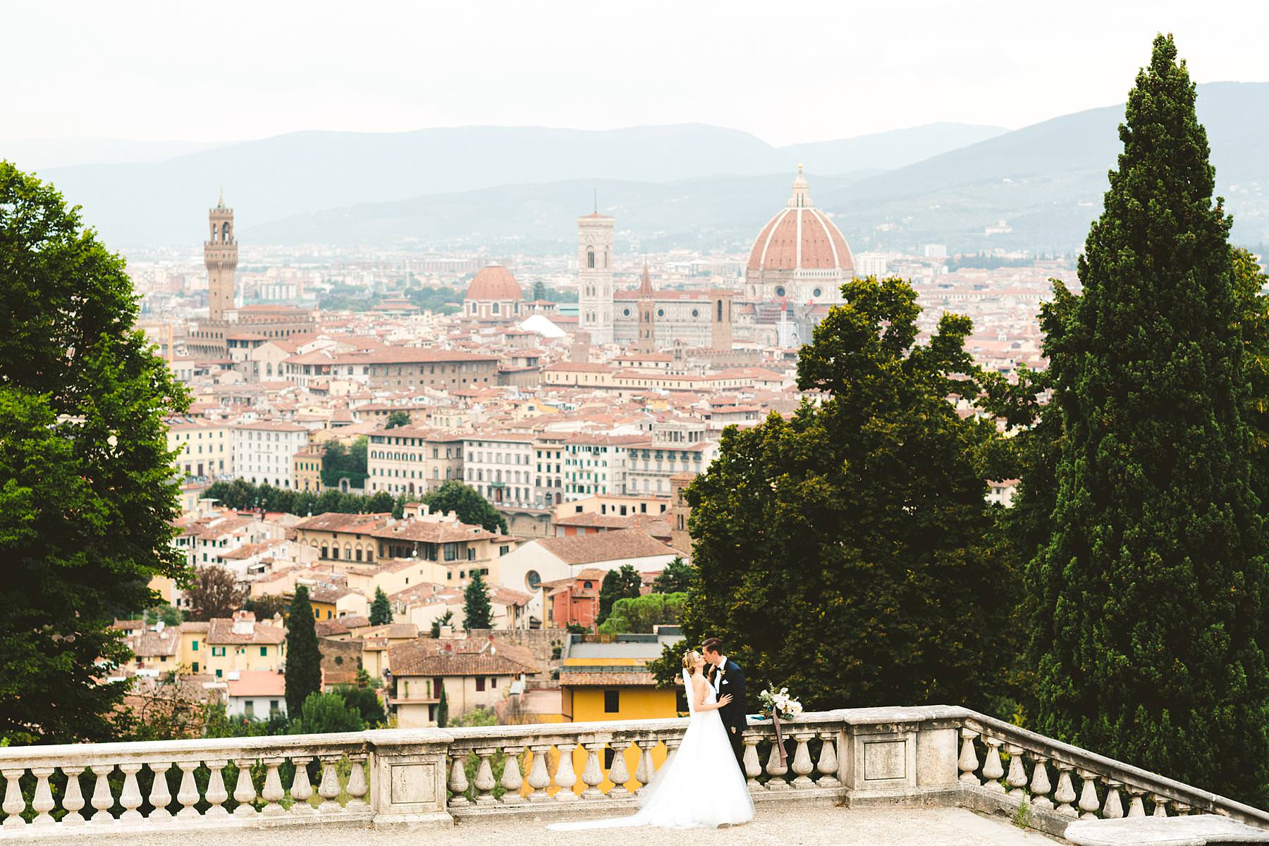 Luxury wedding with amazing view at Villa La Vedetta in Florence. Christina and Cheyne got married at Villa La Vedetta, an incredible venue where to hold a stunning luxury wedding in Florence. Let me tell you the story of that day