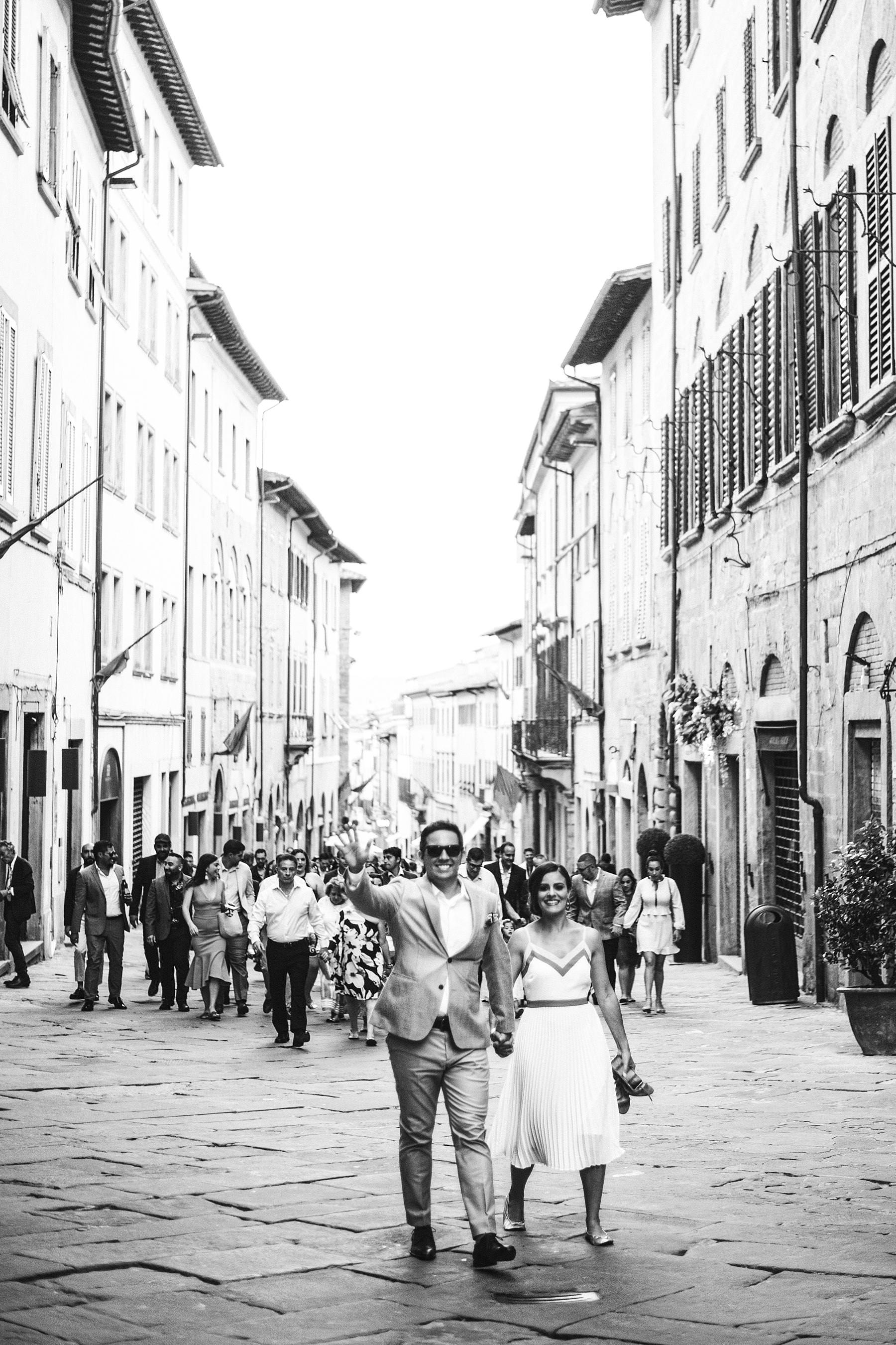 Destination wedding in Tuscany. Bride and groom welcome dinner in Arezzo at Piazza Grande