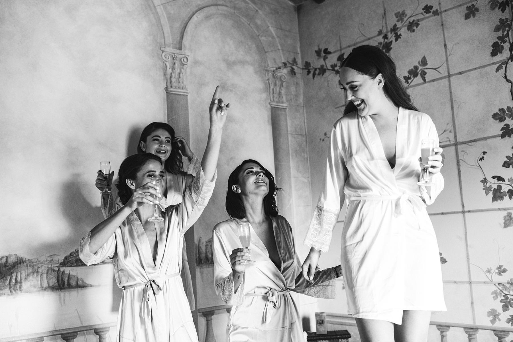 Bride Holly with bridesmaids during getting ready at Villa LÕAntica Posta. Reportage destination wedding in Umbria