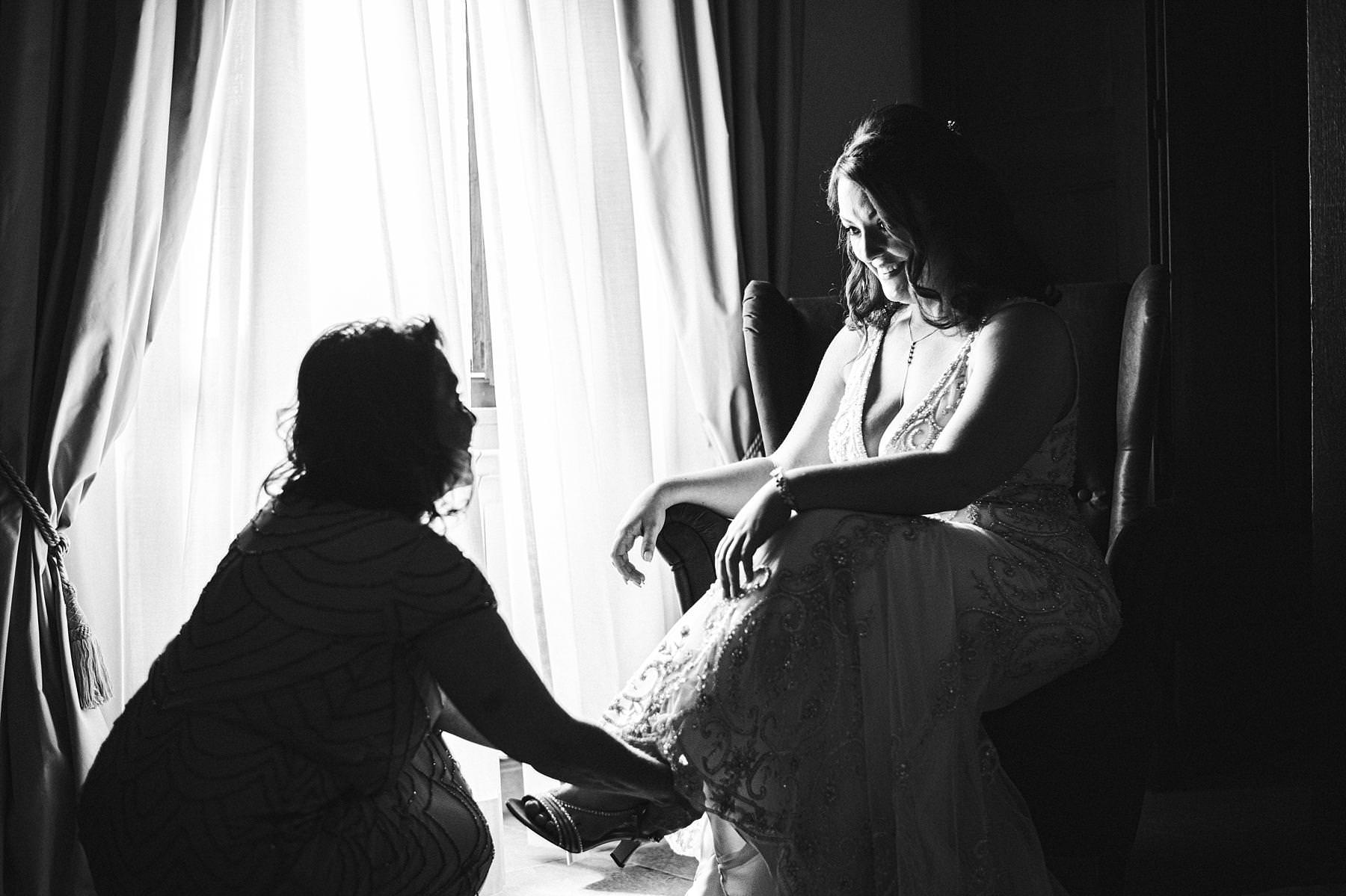 Lovely bridal getting ready at Villa Le Bolli. Intimate destination wedding in Tuscany countryside