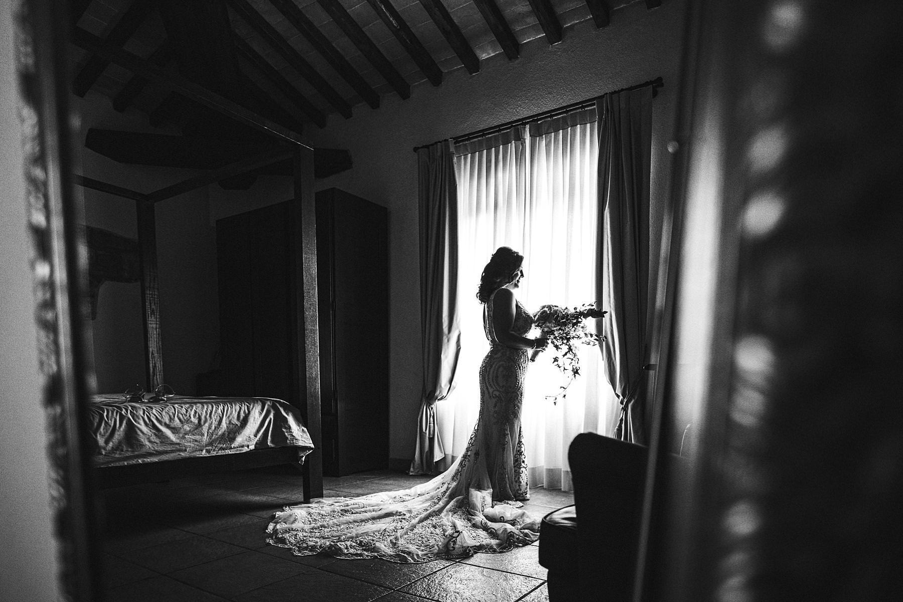 Elegant bridal portrait at Villa Le Bolli in the countryside of Tuscany near Radicondoli