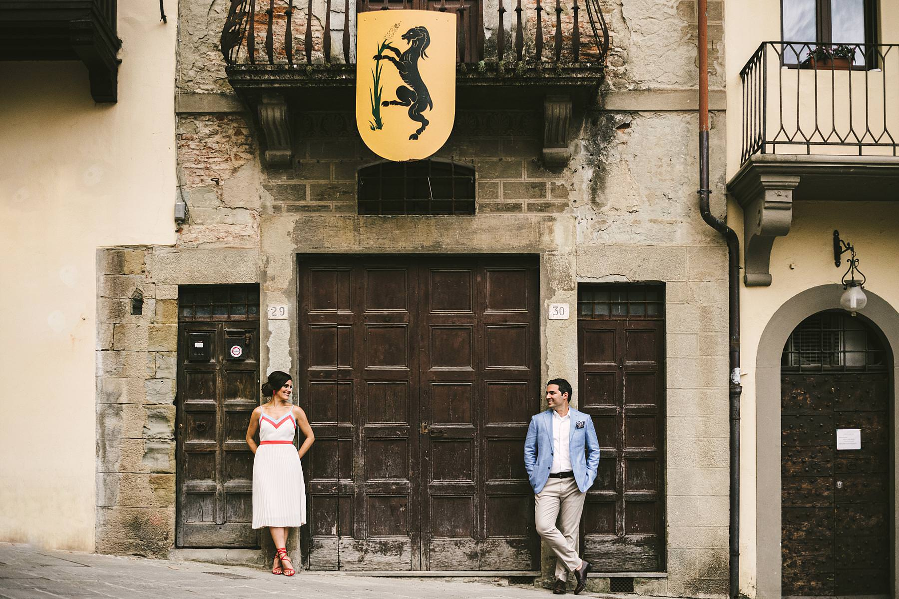 Elegant creative and modern destination wedding in Arezzo. Bride and groom engagement photo session at Piazza Grande during welcome dinner