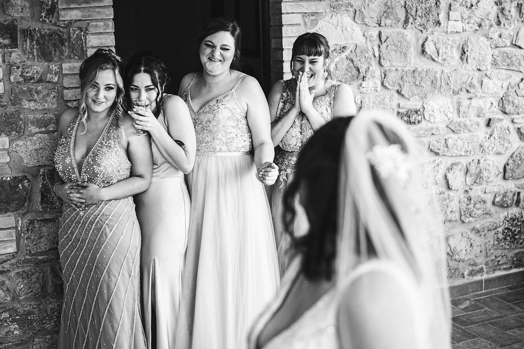 Exciting bridal party reportage wedding photo at farmhouse Villa Le Bolli, Tuscany