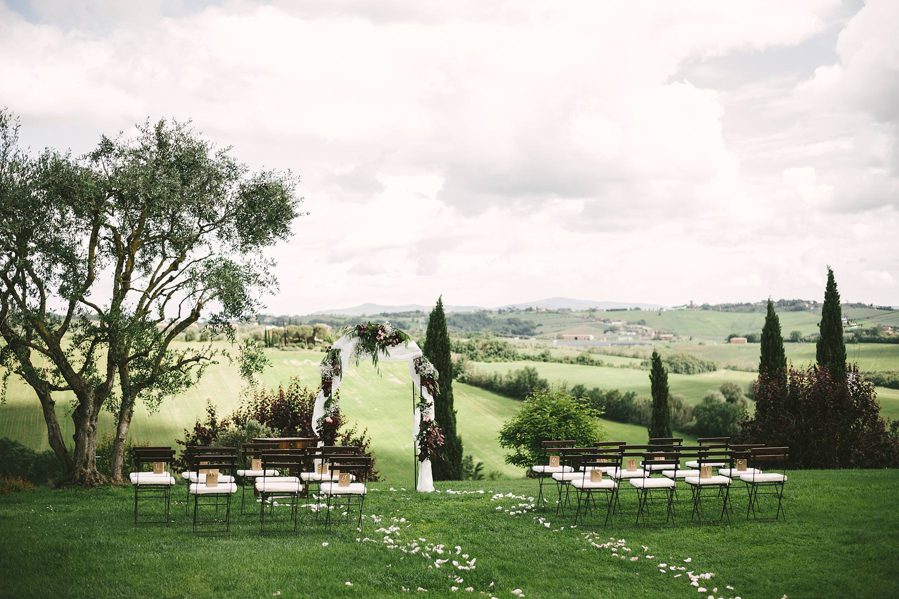 Intimate destination wedding in Umbria at Villa l'Antica Posta, elegance and fun in a nutshell. Incredible venue in Umbria for elegant destination wedding. Villa L'Antica Posta, located on the border between Tuscany and Umbria and overlooking the spectacular rolling hills of Montepulciano, covered in vineyards is a perfect venue for an unforgettable event
