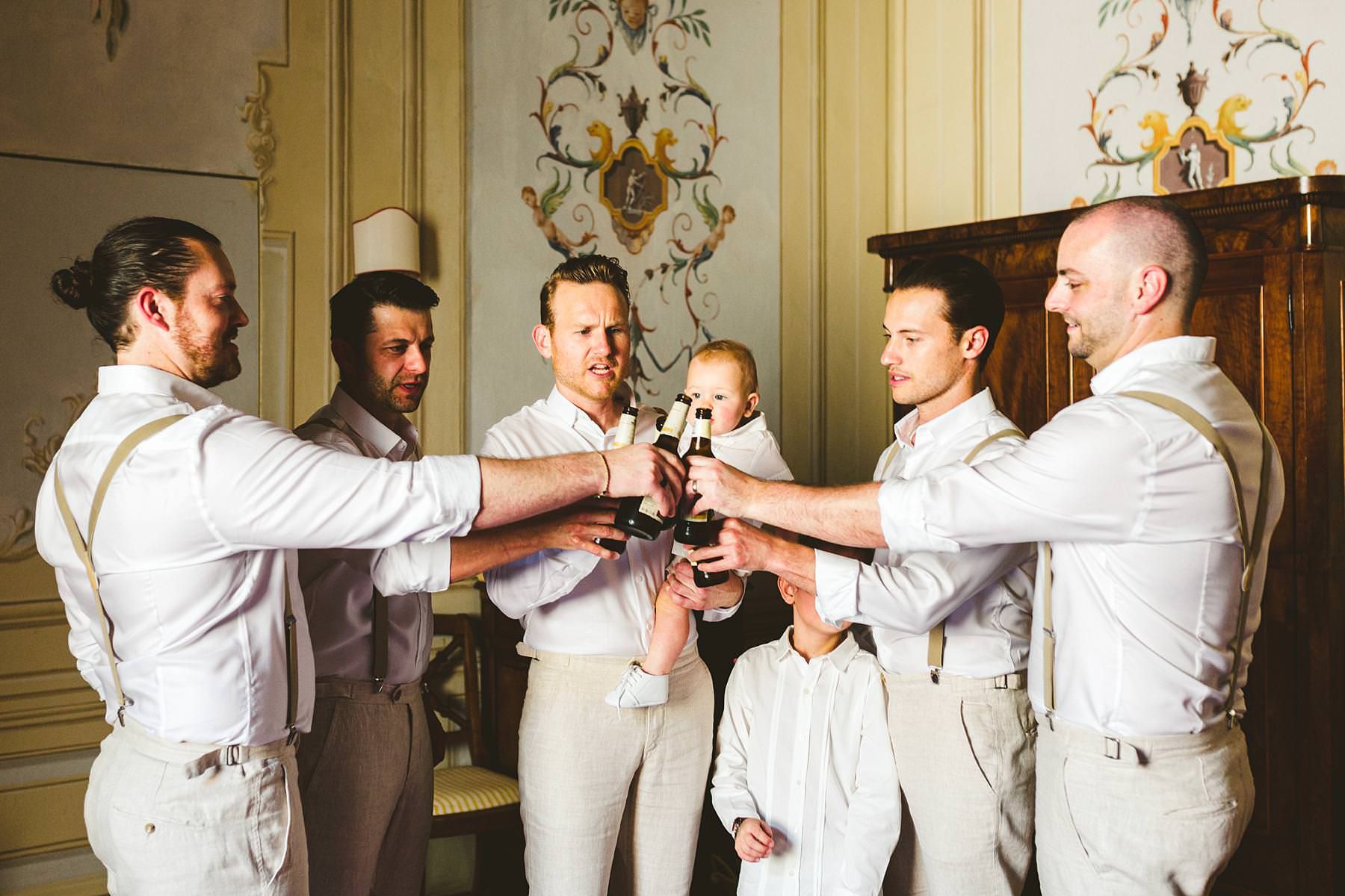 Preparation of the groom with the mens. Reportage wedding photographer in Tuscany
