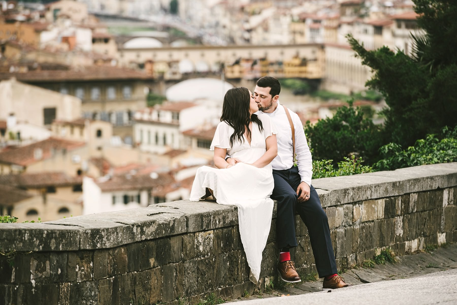 Sweet elopement in Italy to intimately seal your love. Intimate and romantic couple portrait elopement photo in Florence with Ponte Vecchio as background