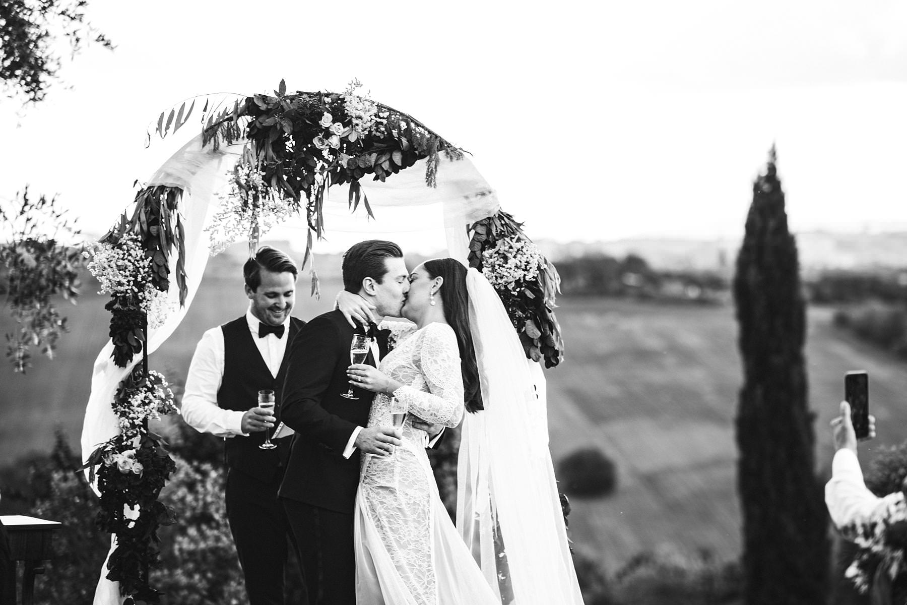 Elegant and reportage wedding photography in Umbria countryside at Villa lÕAntica Posta venue. Outdoor intimate ceremony with a countryside view
