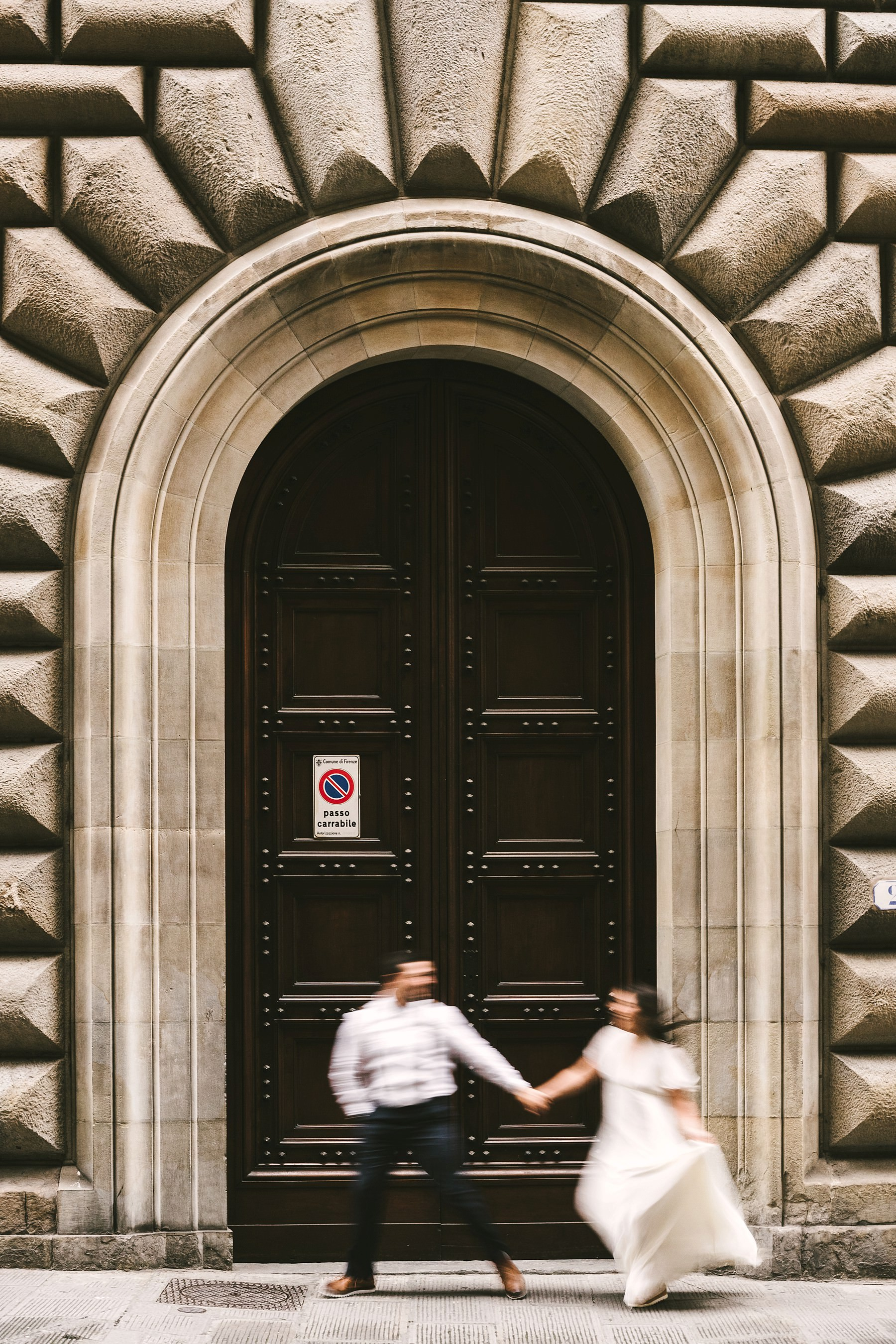 Exciting creative and modern elopement walk tour photo shoot in the historic center of Florence near Palazzo Gondi