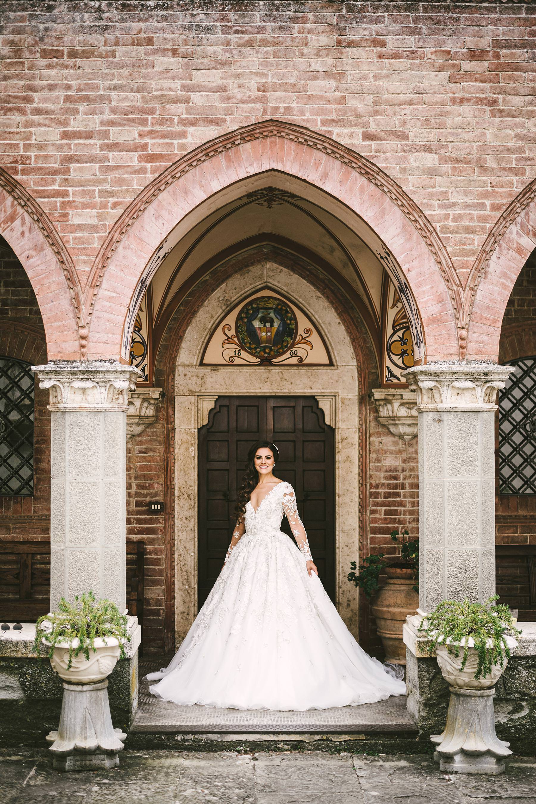 Rippling and sumptuous Tuscany wedding in the elegant Castle of Valenzano. Charm elegant bride Ilyssa in a perfect wedding gown by Ysa Makino