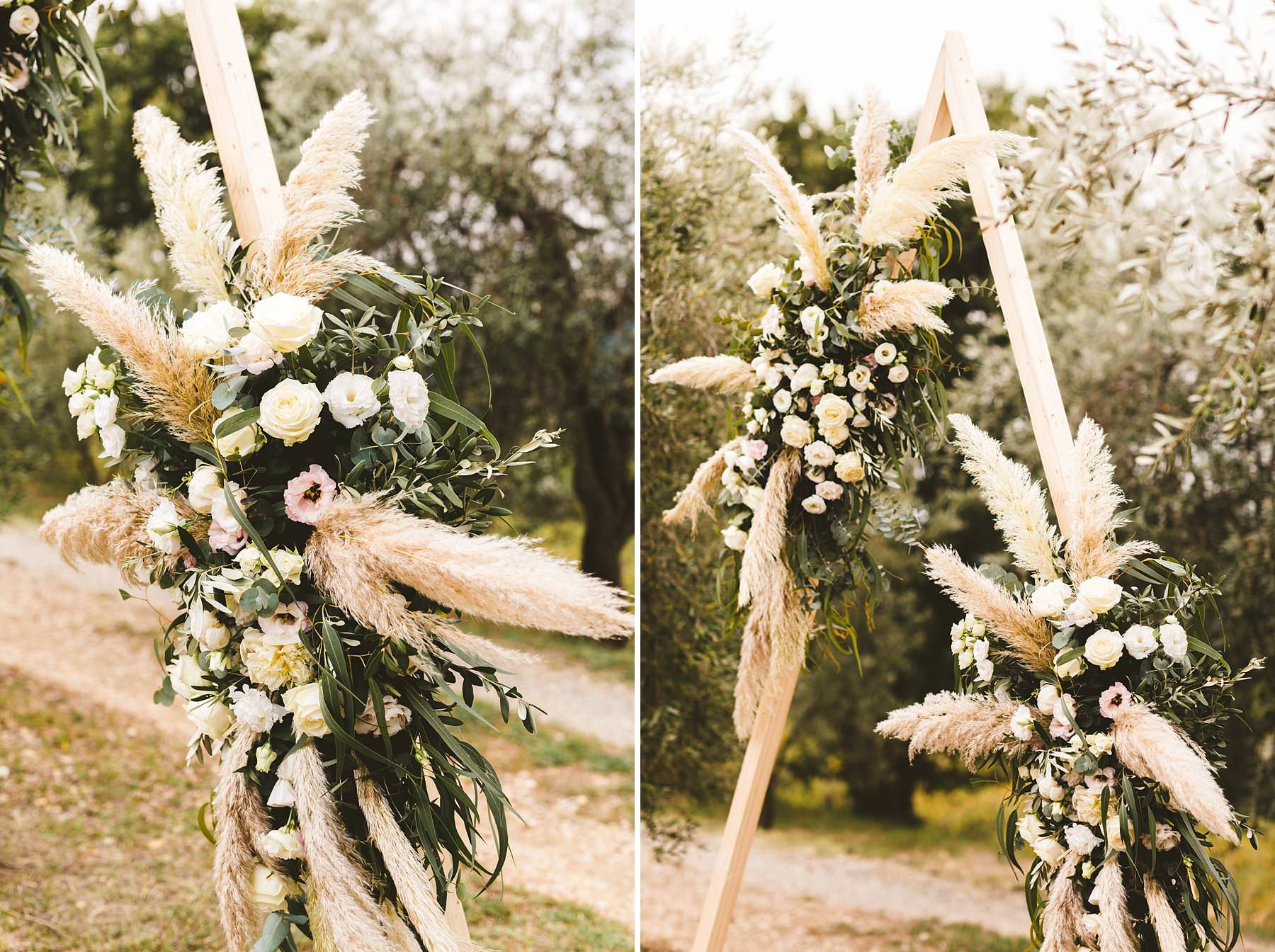 Incredible care of every detail for this modern style of the ceremony decorations. Modern and unusual wedding framed by the olive groves of Chianti