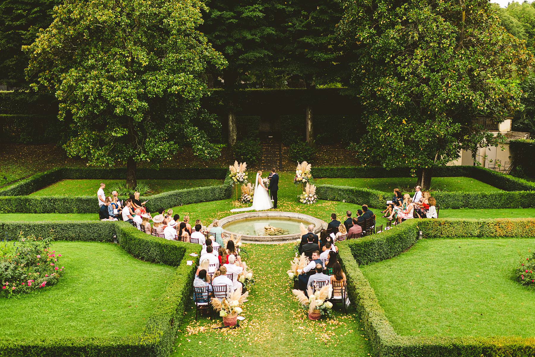 Classic and timeless wedding celebration in the elegant Italian garden at Villa La Vedetta, Florence. Luxury destination wedding in Florence
