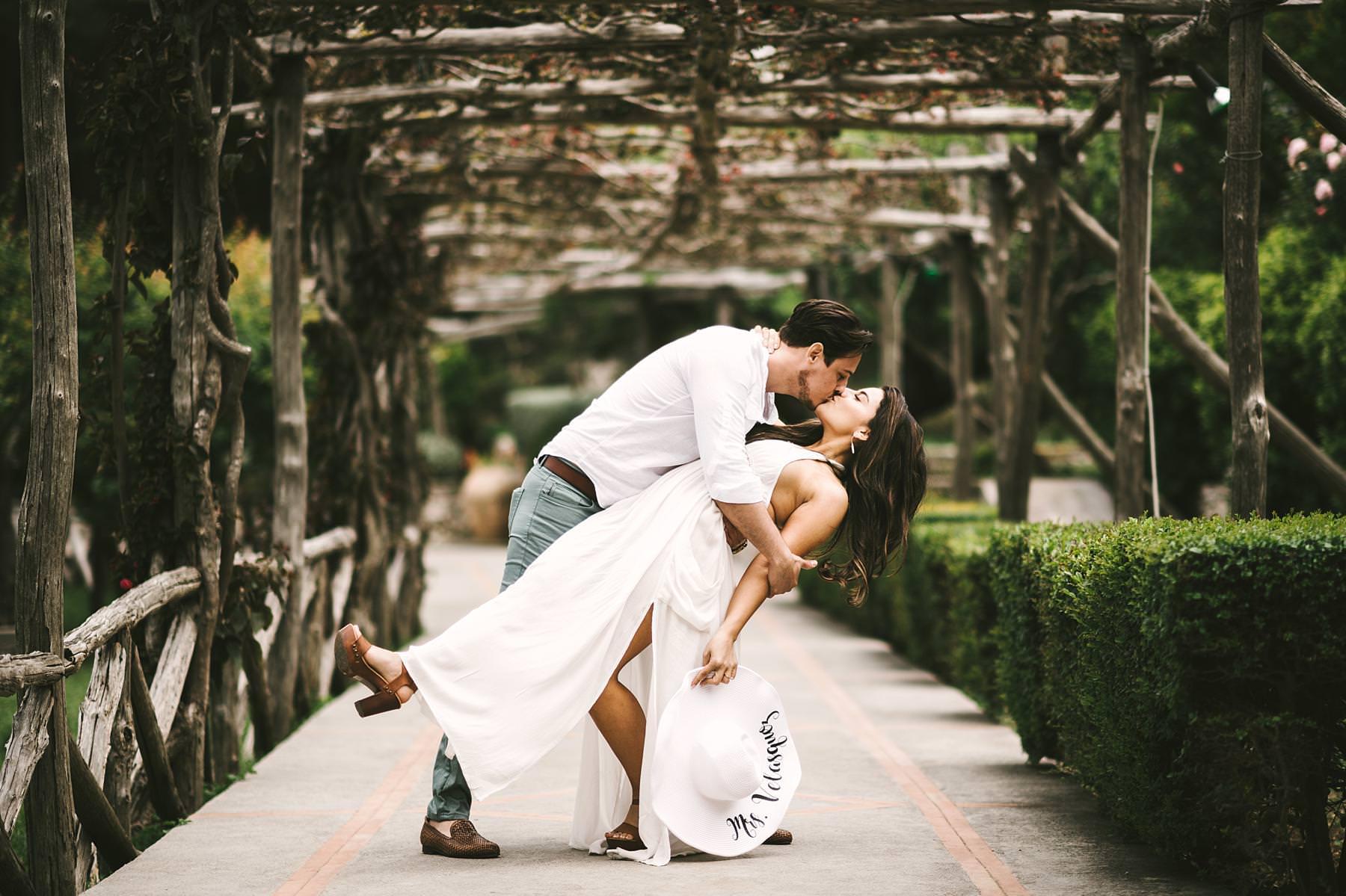 Unforgettable destination pre-wedding photo tour in the streets of Capri