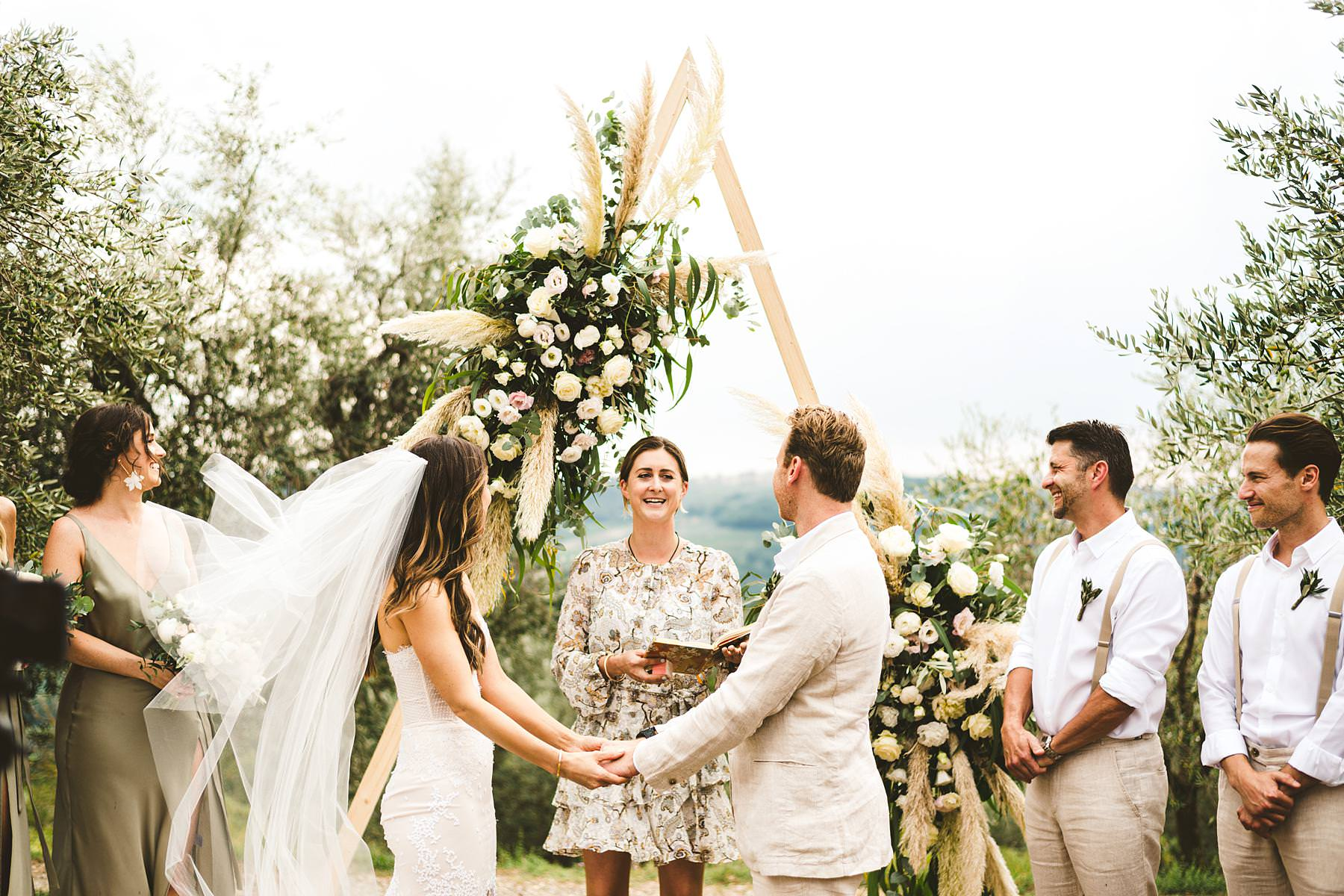 Modern and unusual wedding framed by the olive groves of Chianti near the historic residence of Villa Il Poggiale in the countryside of Tuscany in Chianti. Love that triangular shape that witnessed the bride and groom promises of love