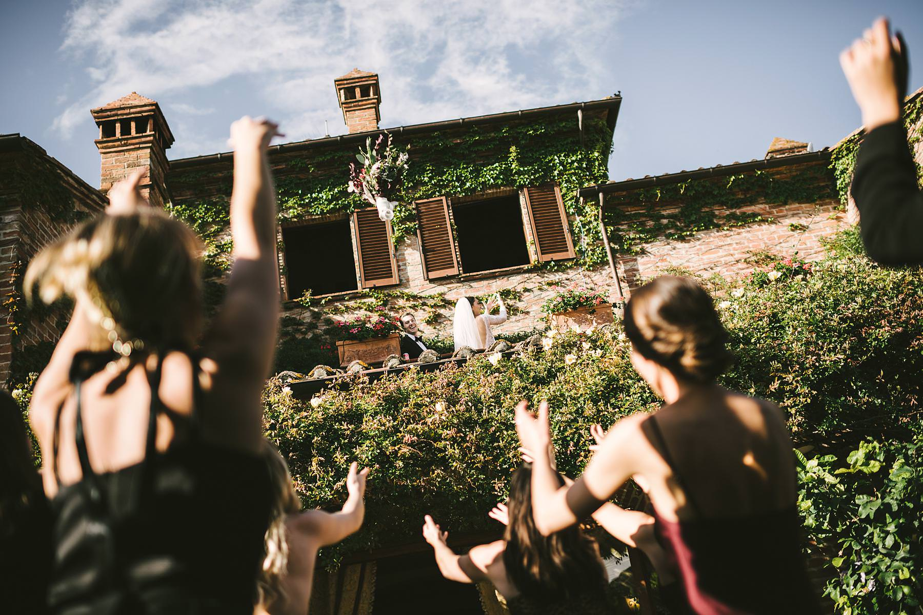 Destination wedding in Umbria at Villa l'Antica Posta, elegance and fun in a nutshell. Bridal bouquet toss