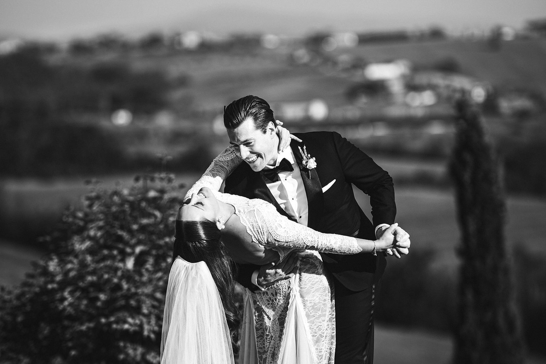 Destination wedding at Villa l'Antica Posta, elegance and fun in a nutshell. Exciting and genuine wedding portrait in the amazing landscape of Umbria