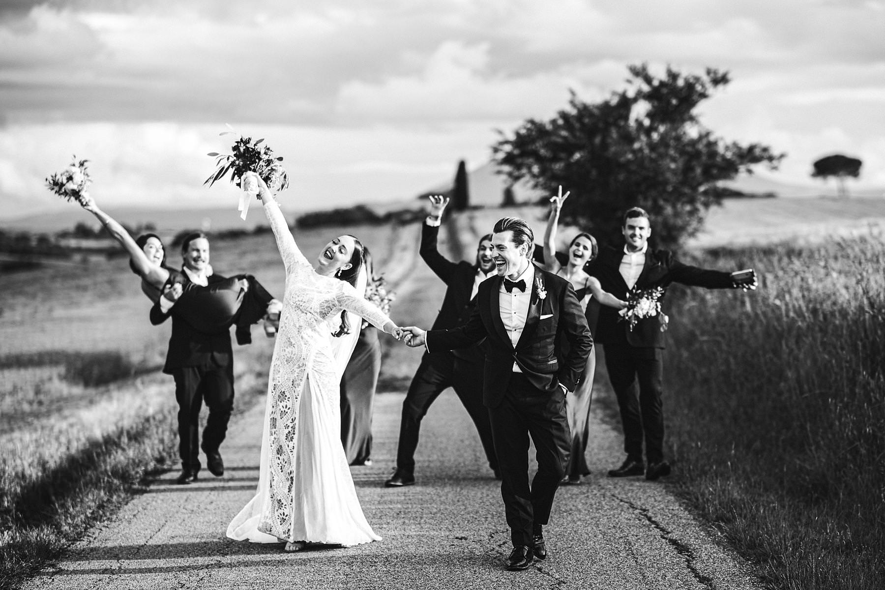 Destination wedding in Umbria at Villa l'Antica Posta, elegance and fun in a nutshell. Amazing bridal party wedding photo in the countryside of Umbria with corn field as the background