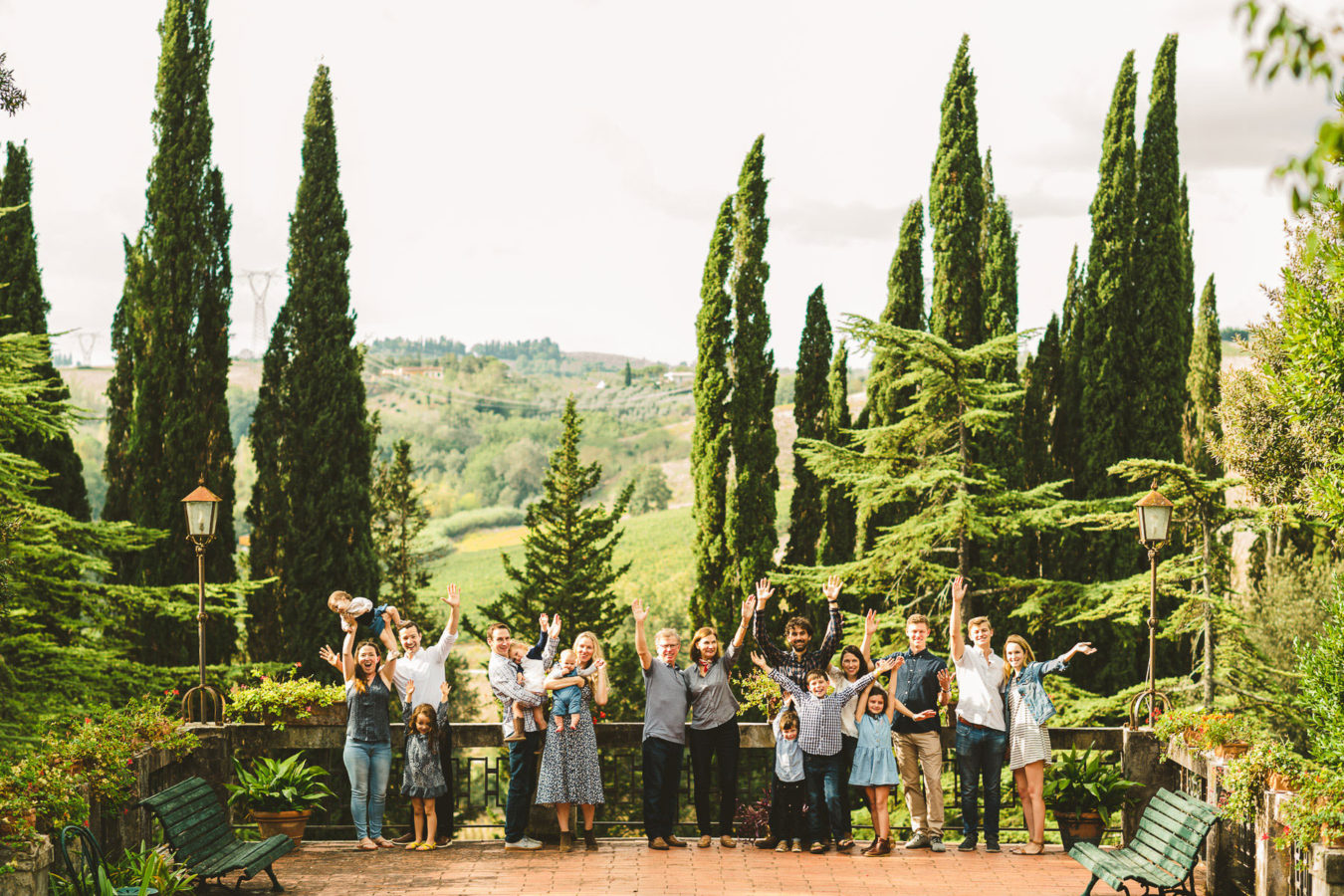Family reunion photo shoot in Tuscany countryside of Chianti