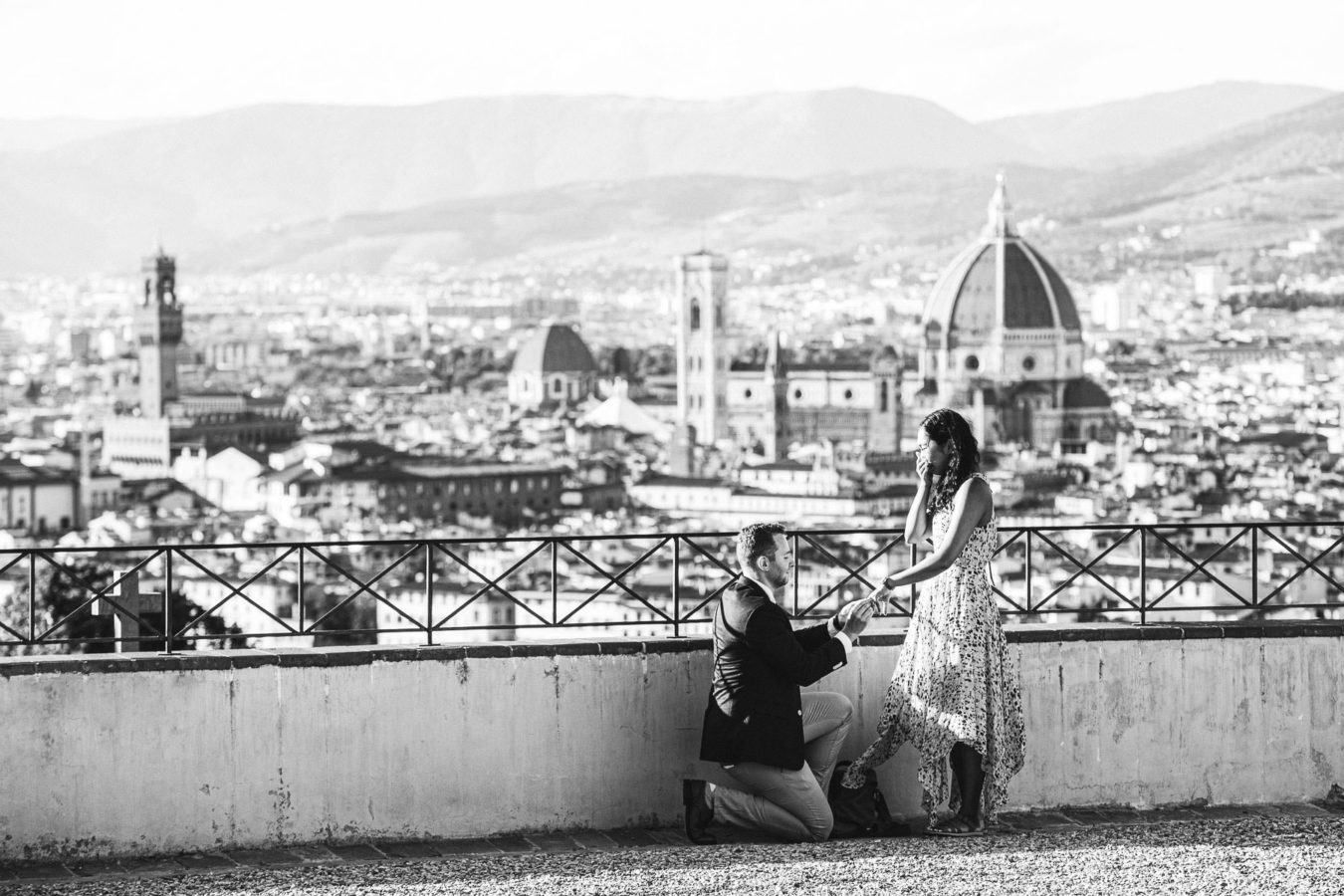 Surprise marriage proposal and engagement photoshoot in Florence, the essence of love. Is there anything that speaks of love more than a surprise marriage proposal in Florence, followed by an engagement photoshoot that touches all of its most iconic spots