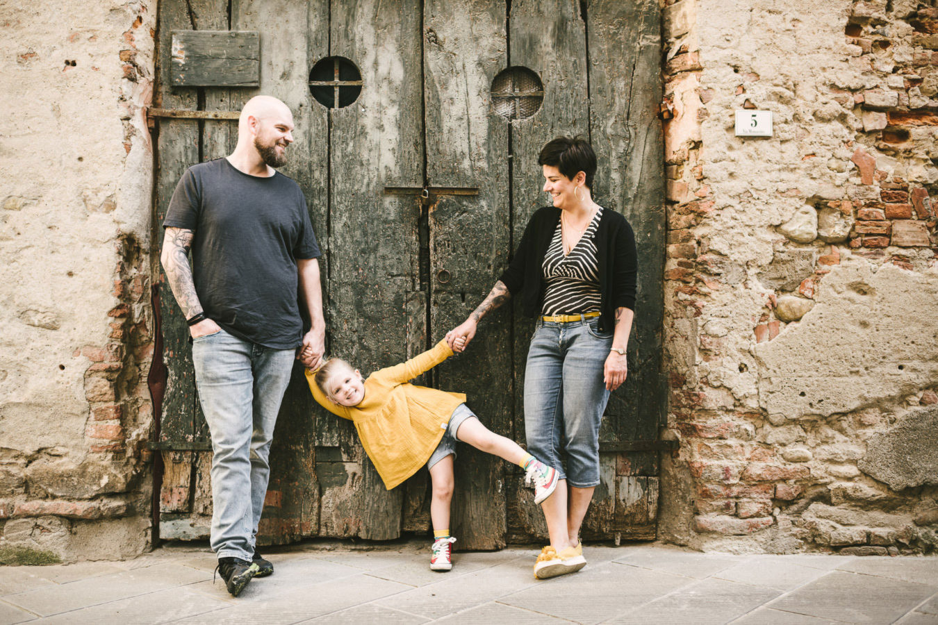 Sweet and funny family holidays photos in the historical town of Peccioli in Tuscany