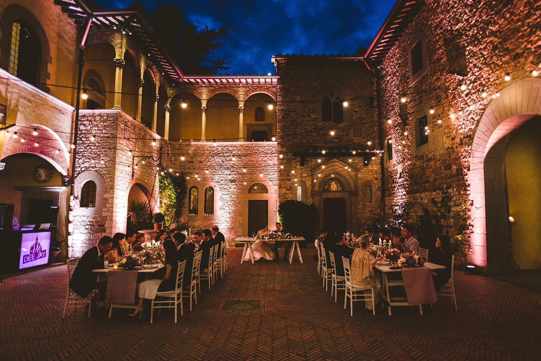 Incredible and charming wedding dinner atmosphere in the courtyard of Castello Il Palagio. Intimate destination wedding in Tuscany countryside