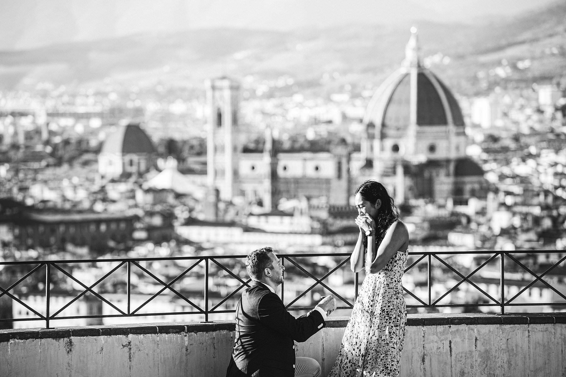 Surprise marriage proposal and engagement photoshoot in Florence: the essence of love. Is there anything that speaks of love more than a surprise marriage proposal in Florence, followed by an engagement photoshoot that touches all of its most iconic spots? As a photographer based in this charming city I might be biased, but let me say that it's hard to find anything more romantic than that. Angela and Max, an energetic couple from New York, were in Florence for a special couple holiday. To put the icing on the cake of their already wonderful adventure, he had an idea: why not surprise Angela with a marriage proposal? Well, actually he thought that she would expect the move from him, but she surely didn't think it would happen that way: overlooking a majestic view of Florence… and 100% video and photo recorded!