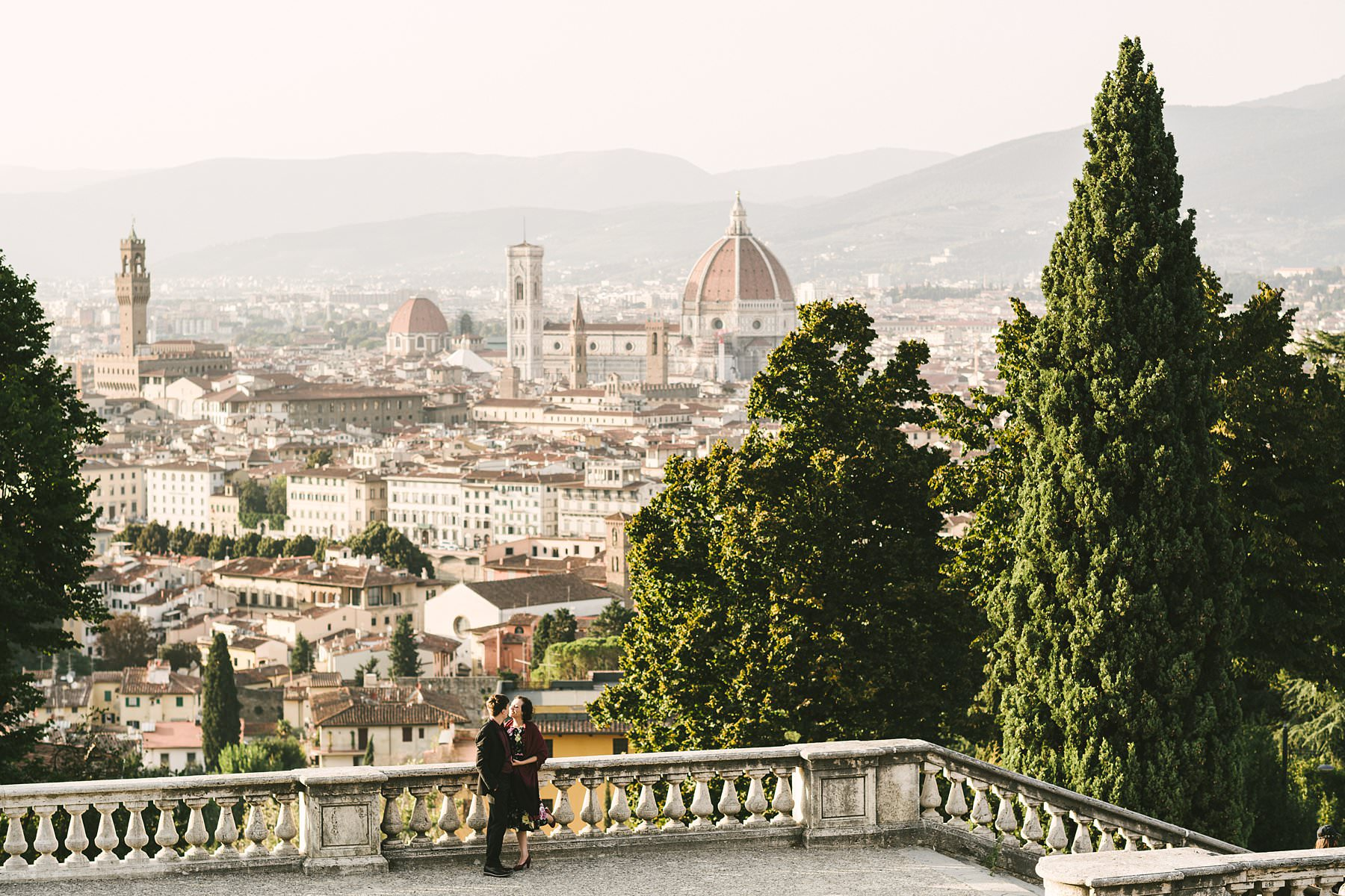 Couple photos at sunset in Florence: an engagement to remember. Engagement pictures are usually romantic, but they do their best work when they turn out to be also fun and creative. Take those photos at sunset in a charming city like Florence and you will reach perfection