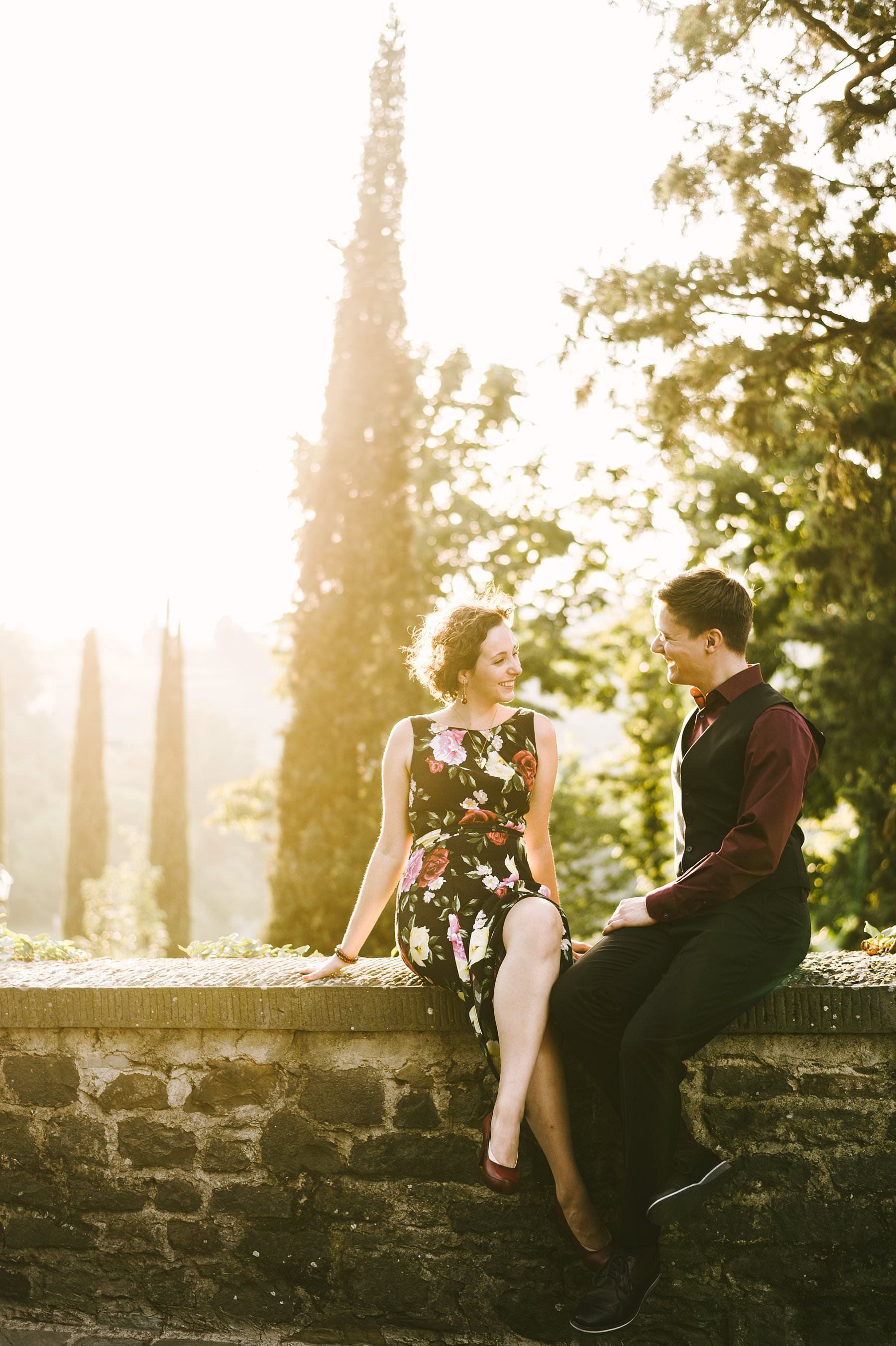 Isabel and Matthew's lovely photos at sunset. Engagement pictures are usually romantic, but they do their best work when they turn out to be also fun and creative. Take those photos at sunset in a charming city like Florence and you will reach perfection. She's from Spain, he's from the United States. They live in London together and they decided to have a holiday in Florence as a celebration for their recent engagement. This gives you an idea of how cool this couple is, and their photos at sunset will do the rest.